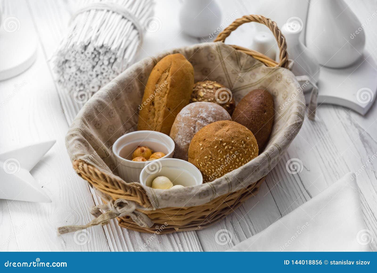 Wohlriechendes Brot und Brötchen in einem Korb