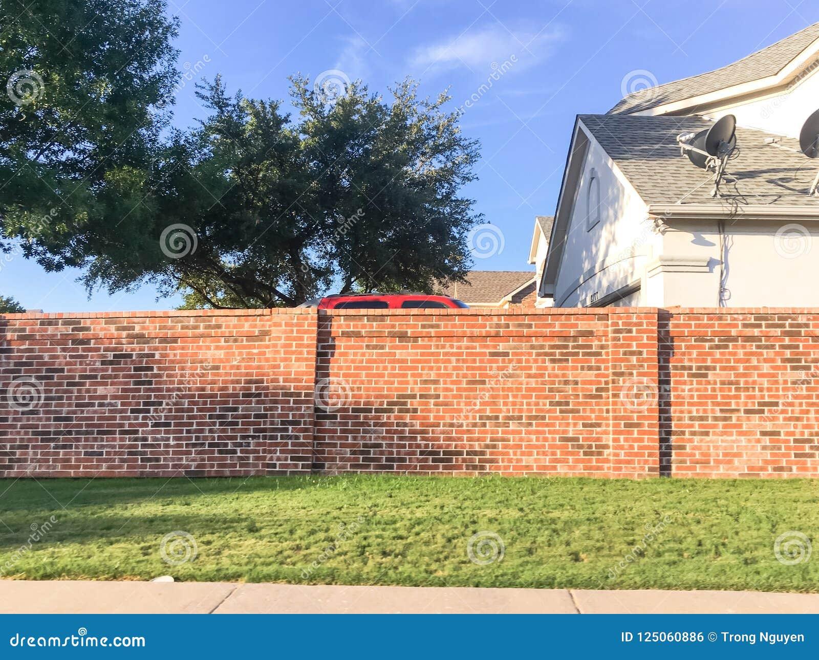 Wohnhäuser der soliden Wände des Ziegelsteines mit Satellitenfernsehen in Dallas