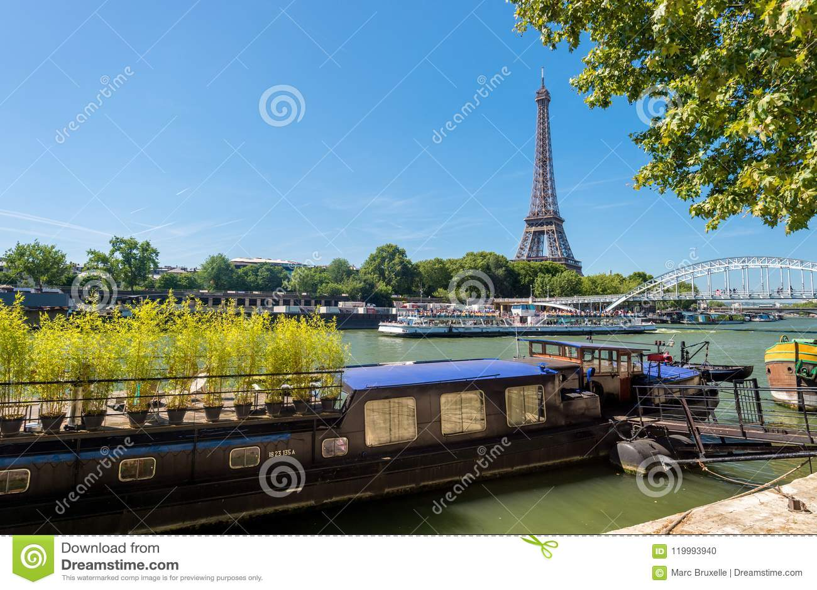 Wohnlastkahn auf der Seine mit Eiffelturm im backgr