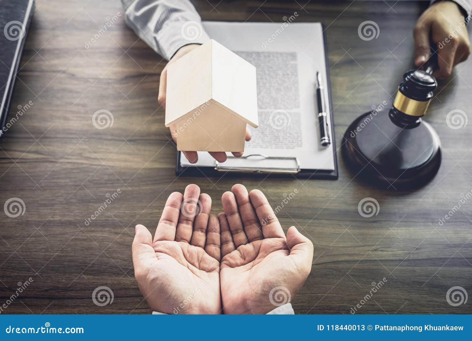 Wohnungsbaudarlehenversicherung, männlicher Rechtsanwalt oder Richter Consult mit dem Kunden
