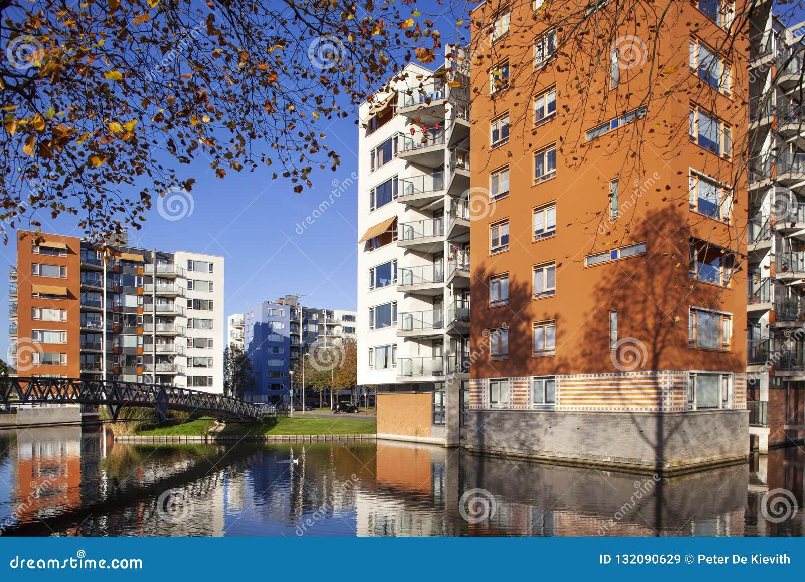 Wohnwohngebäude im Herbst