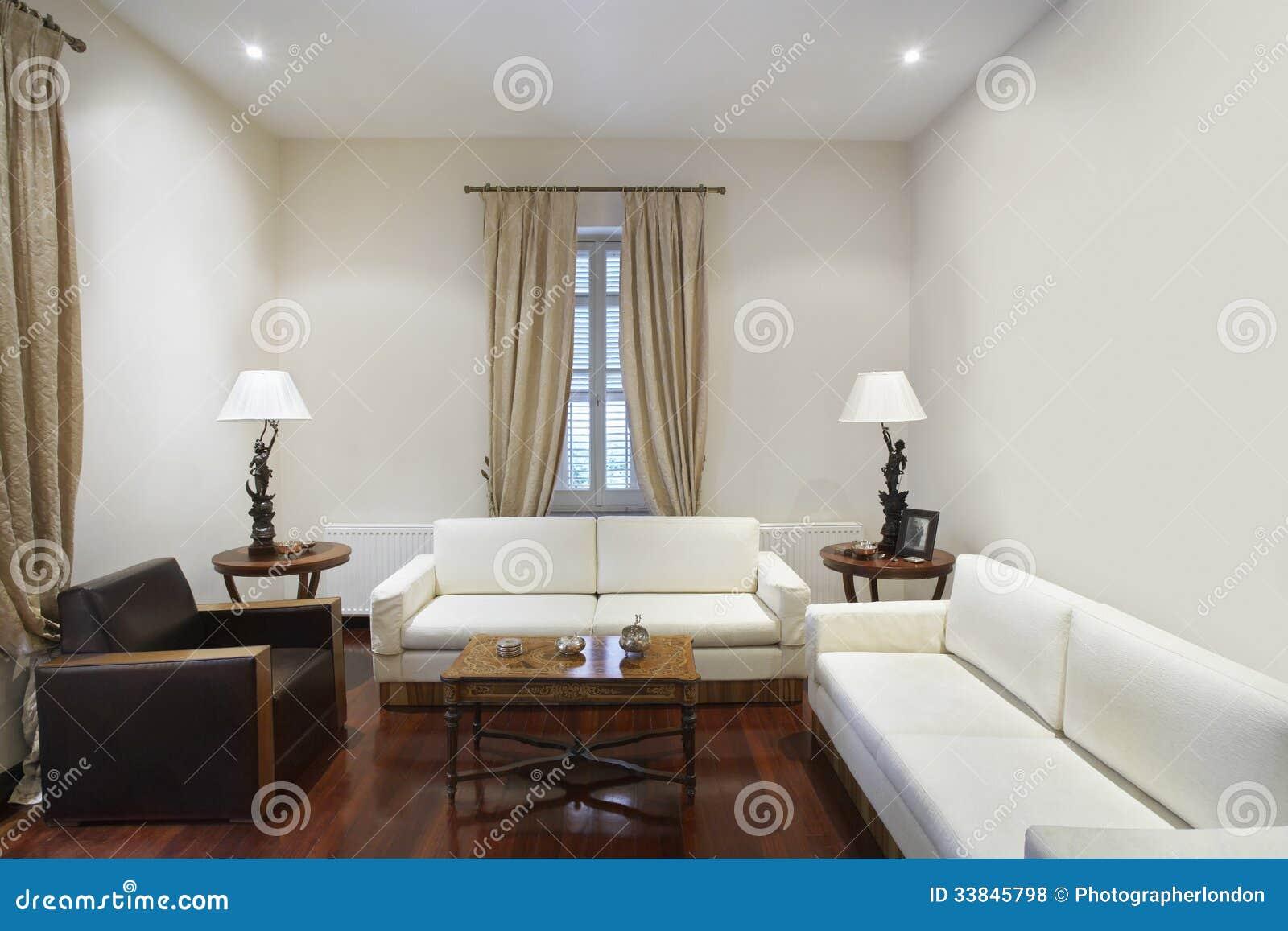 wohnzimmer im kolonialstil-haus lizenzfreie stockfotos - bild