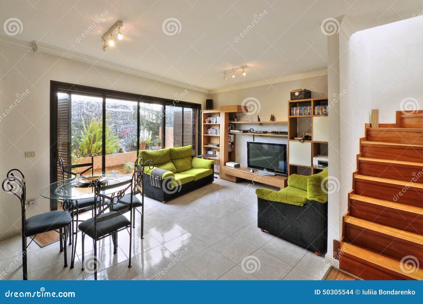 Wohnzimmer Im Modernen Landhaus Stockfoto - Bild von raum, wohn ...