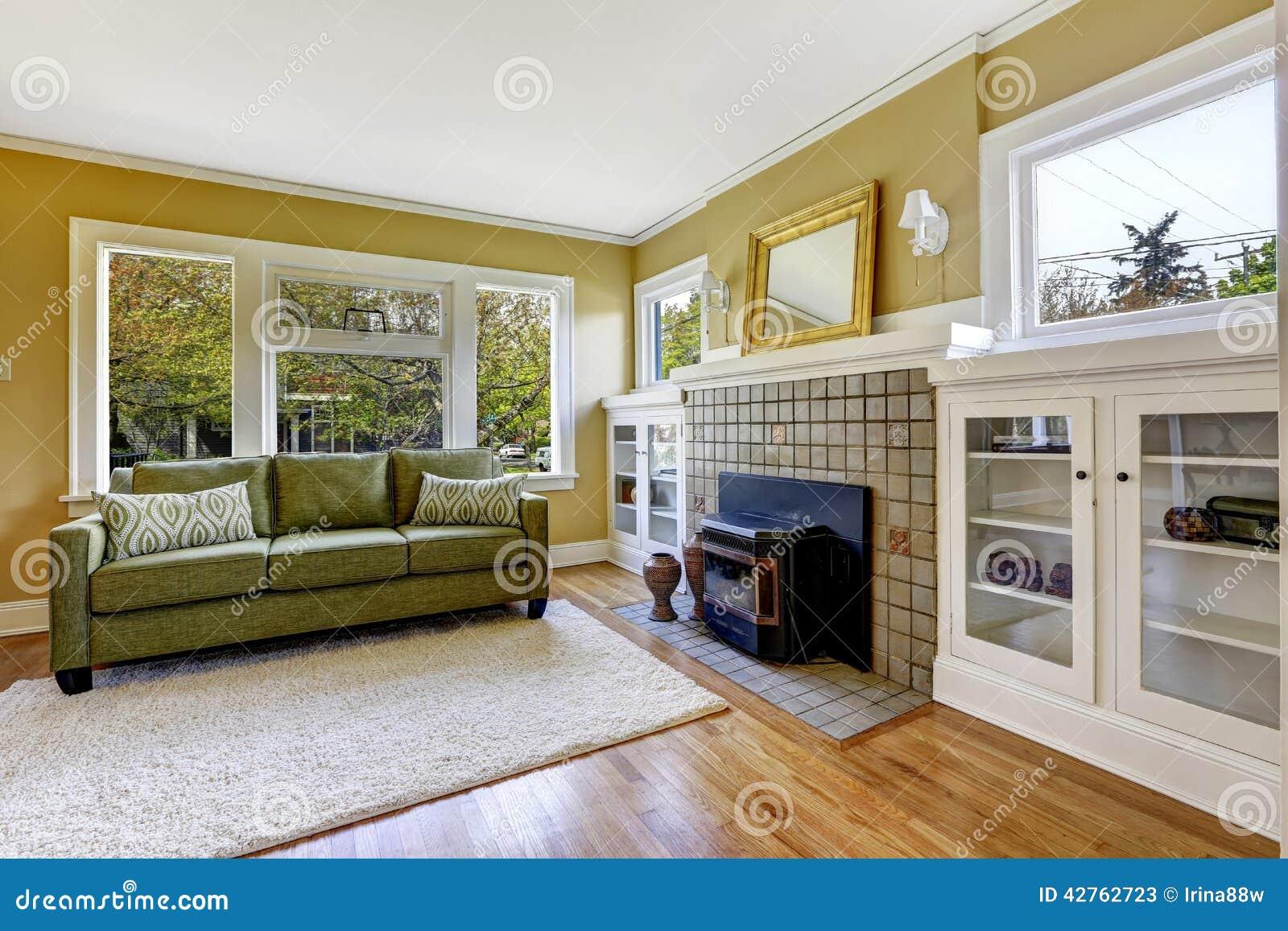 Wohnzimmer Iwith Kamin Und Grüne Couch Stockbild - Bild von ...