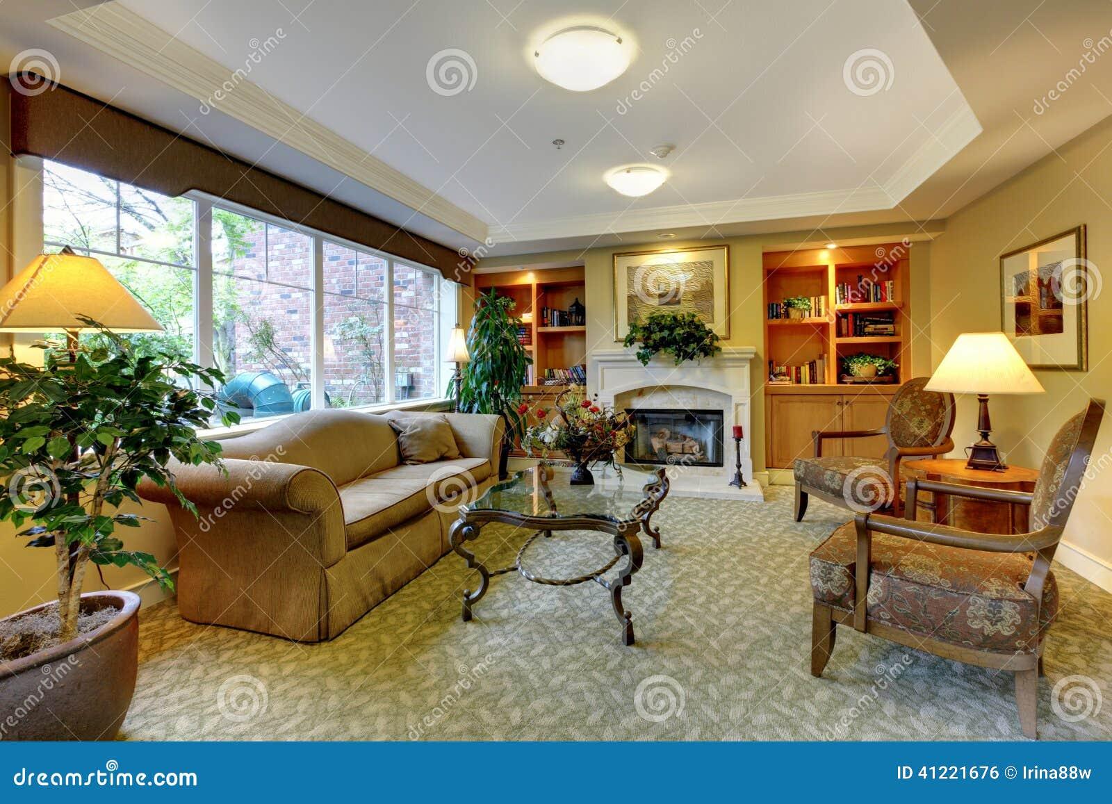 Wohnzimmer Mit Antiken Mobeln Und Kamin Stockfoto Bild Von