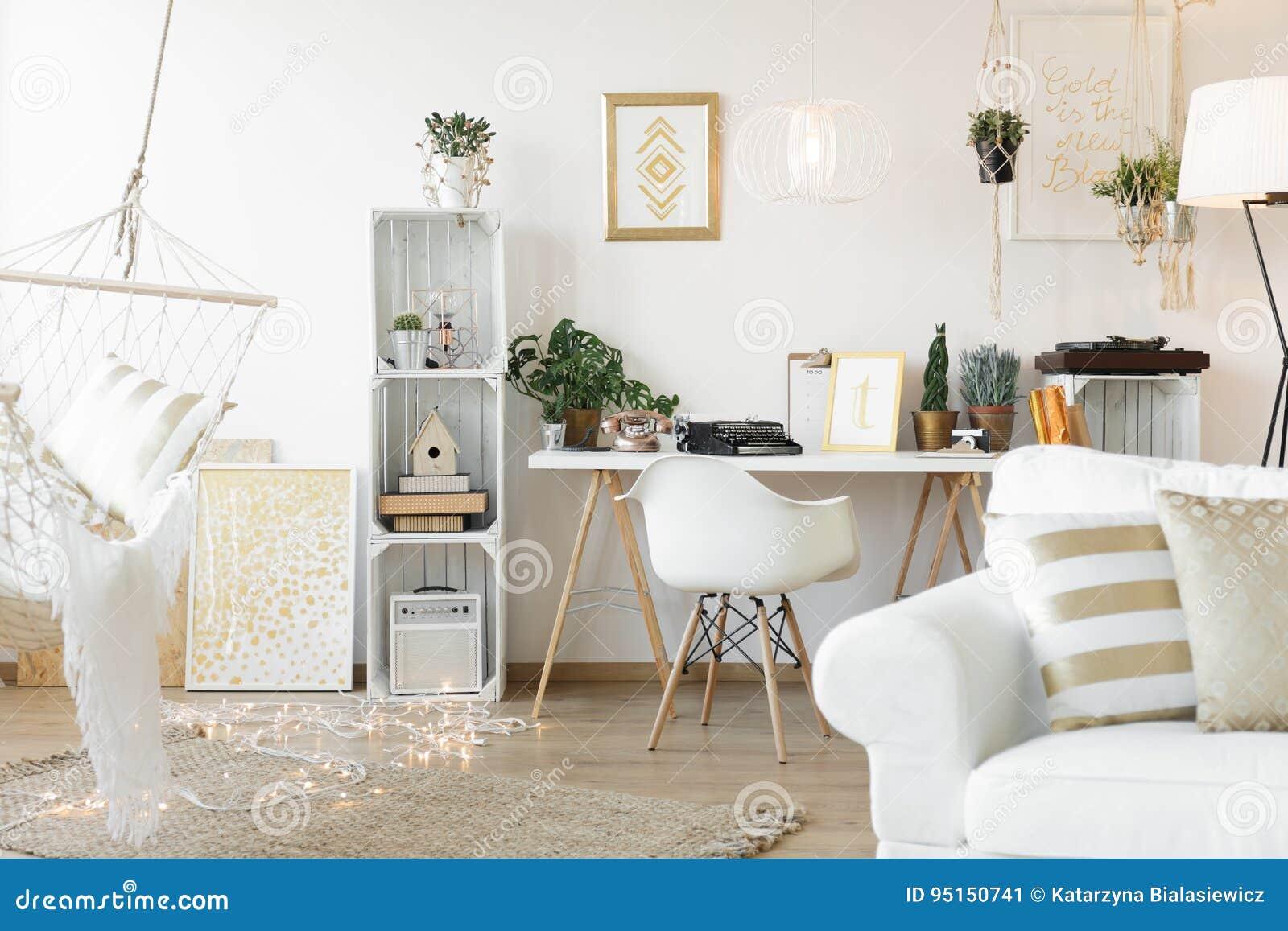 Wohnzimmer Mit Arbeitsplatz Stockbild - Bild von weinlese ...