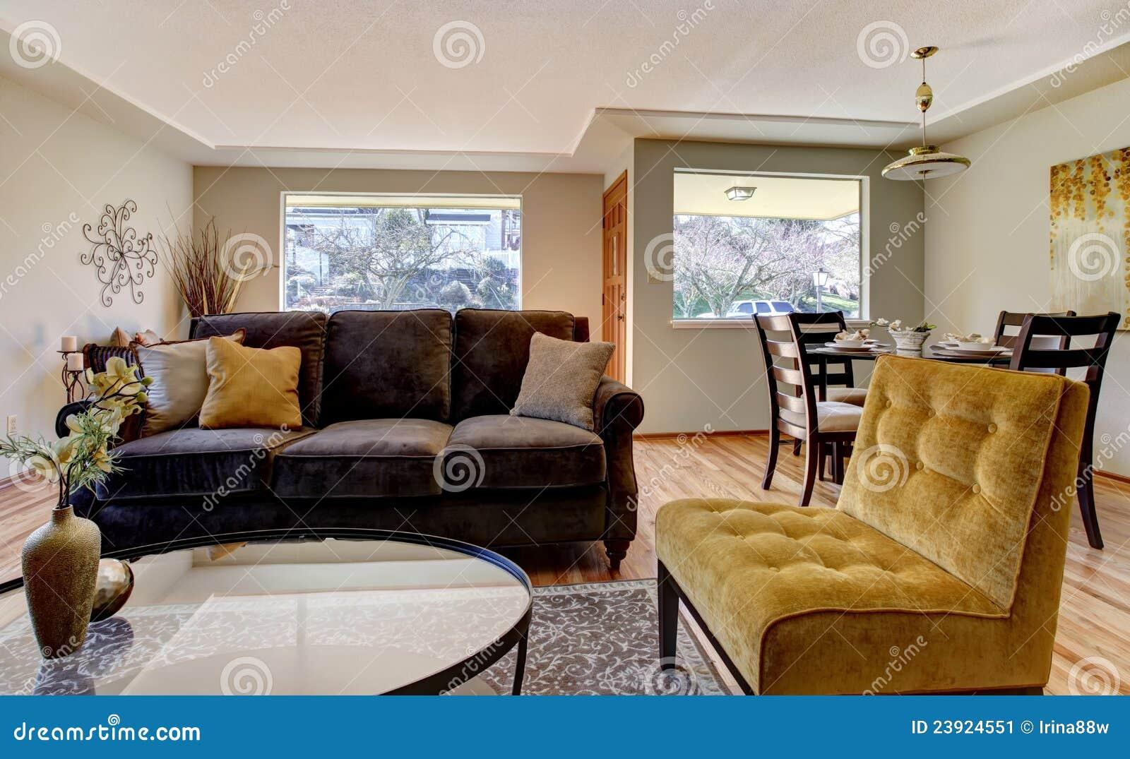 Wohnzimmer Mit Braunem Sofa Und Gelbem Stuhl. Stockbild - Bild ...