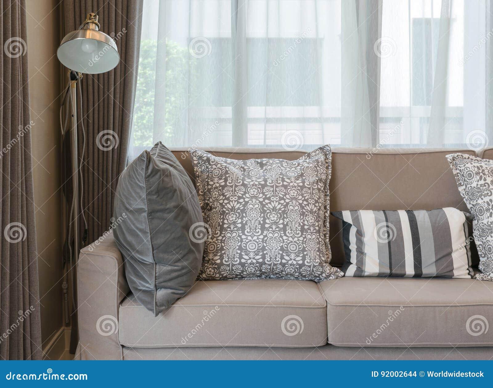 Wohnzimmer Mit Braunem Sofa Und Grau Kopierte Kissen Zu Hause ...