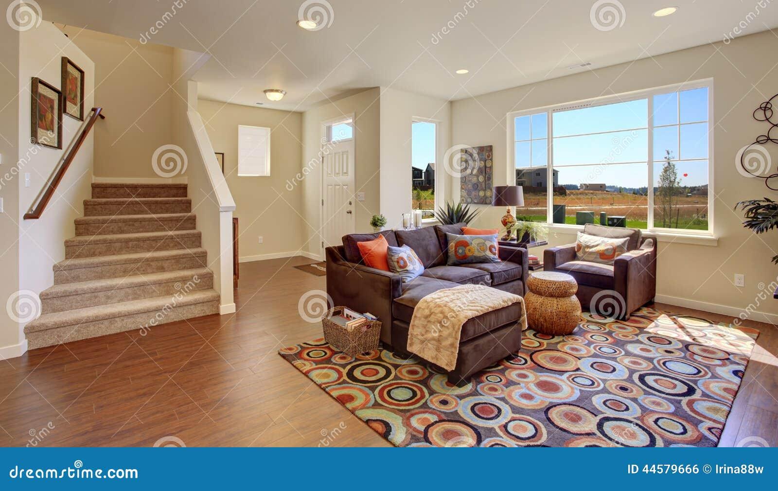 Wohnzimmer Mit Brauner Couch Und Netter Wolldecke Stockfoto Bild