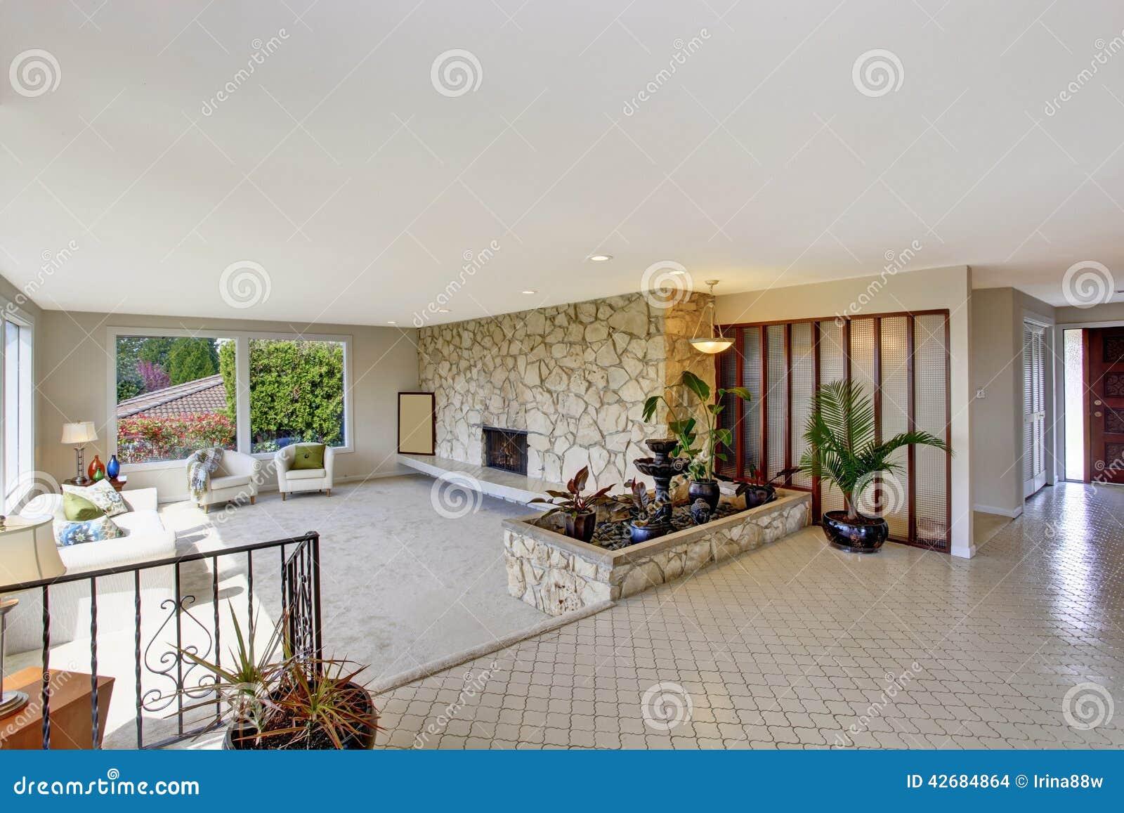 wohnzimmer mit brunnen im luxushaus stockfoto - bild: 42684864, Wohnzimmer dekoo