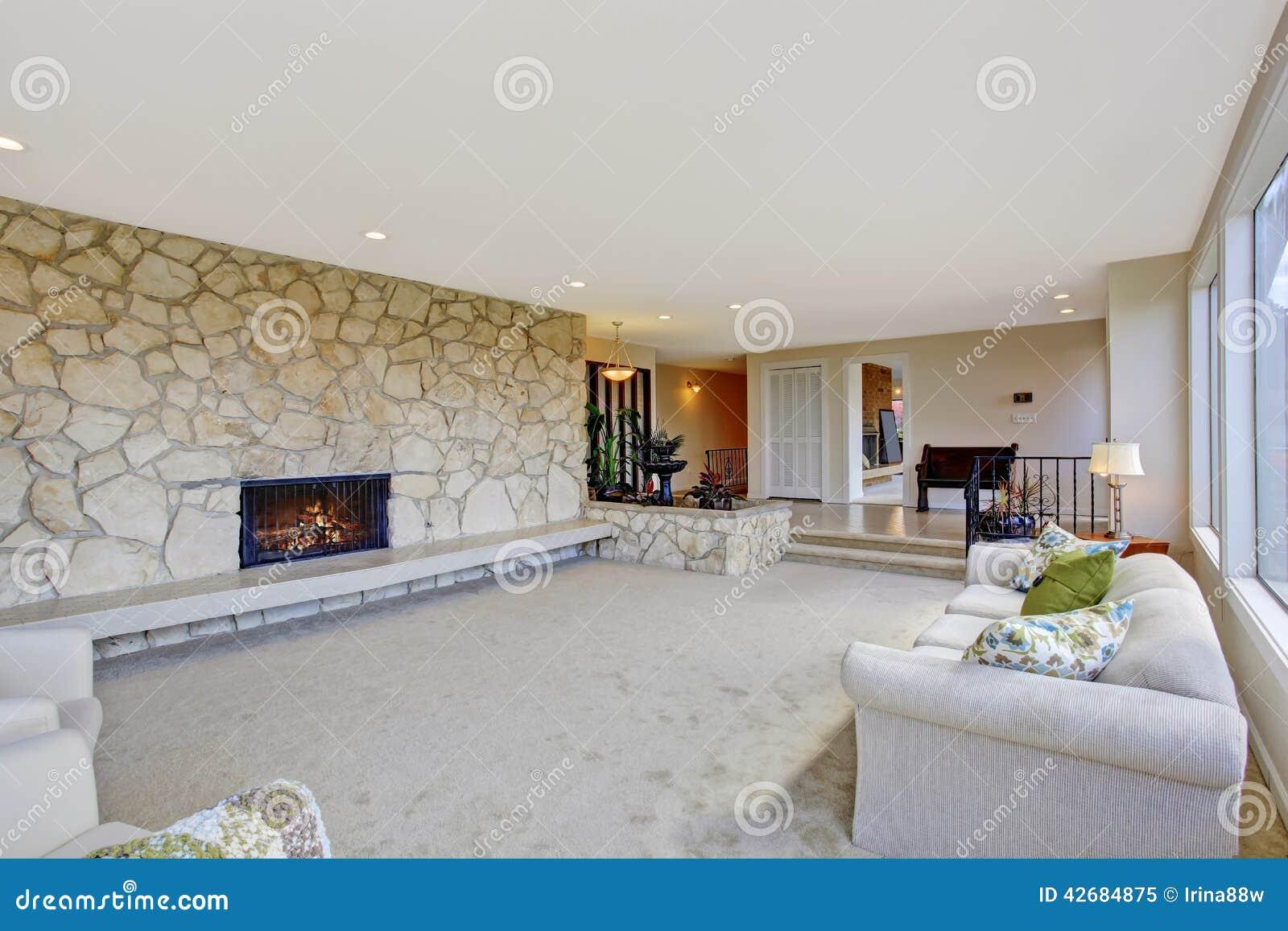 wohnzimmer mit brunnen im luxushaus stockfoto - bild: 42684875