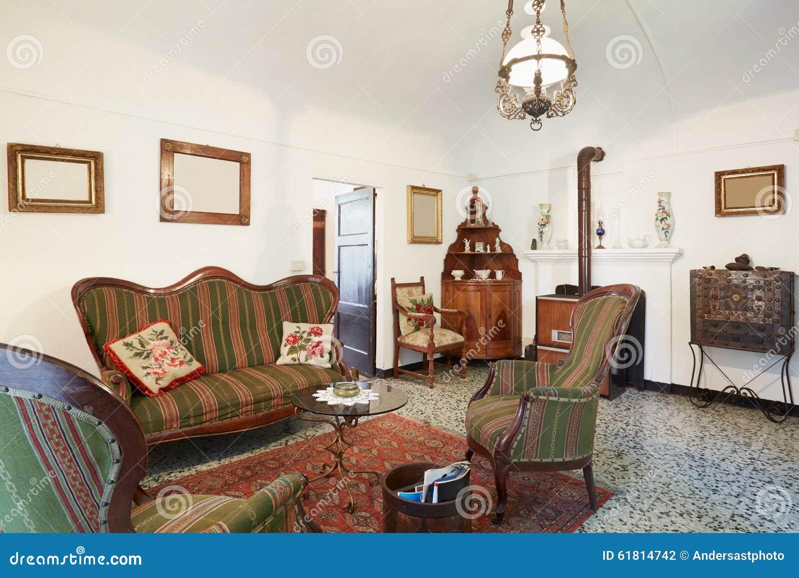 Wohnzimmer Mit Den Antiquitäten, Innen Stockfoto - Bild von dekor ...