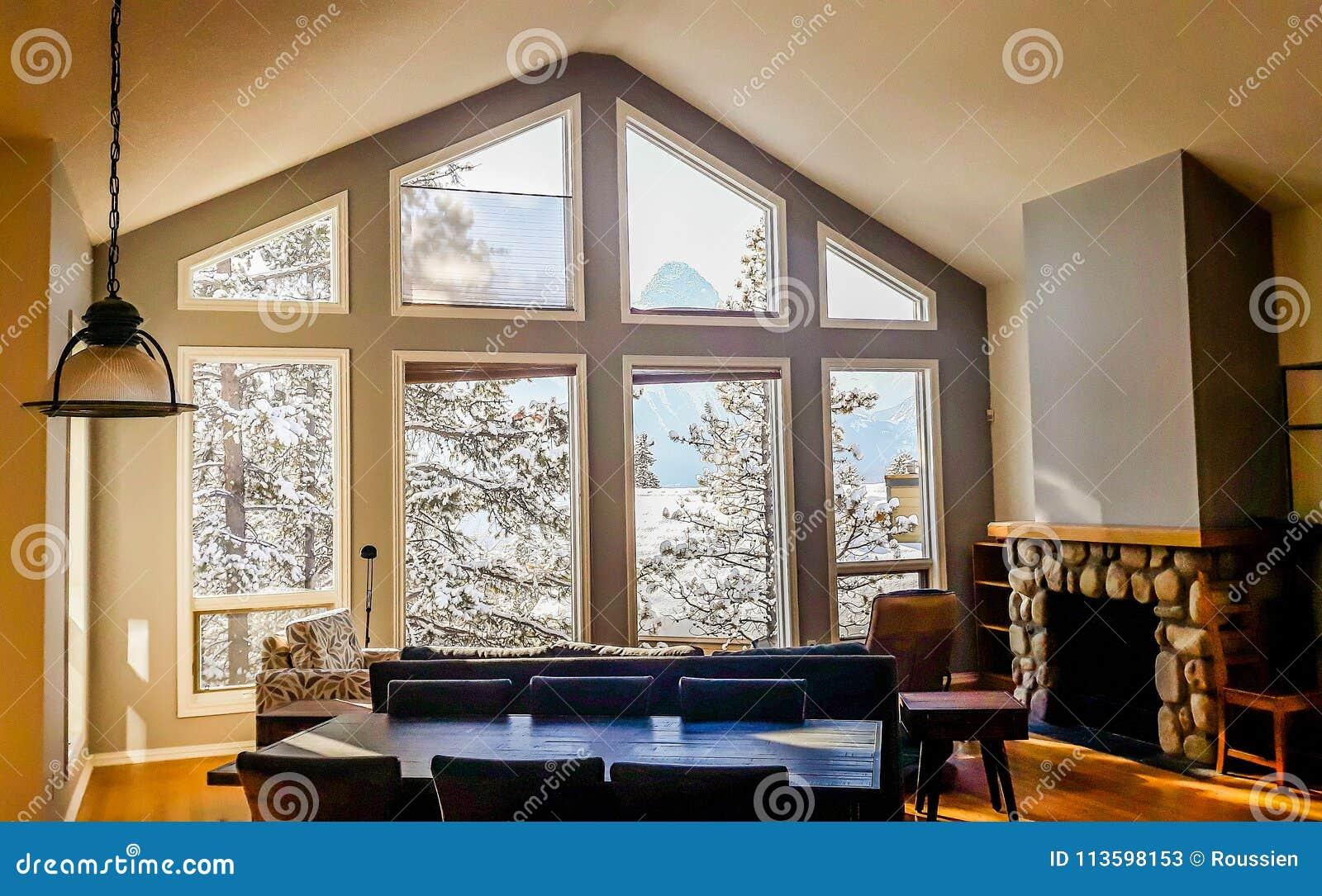 Wohnzimmer Mit Den Breiten Großen Fenstern Typisch Für Gebirgsart In
