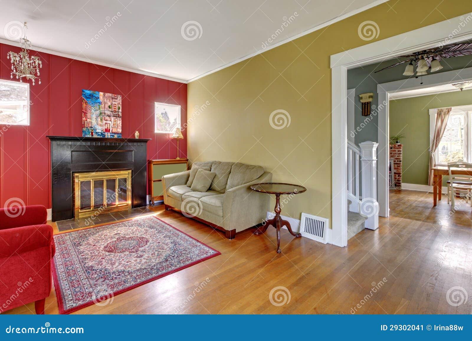 Wohnzimmer Mit Den Roten Und Gelben Wanden Und Kamin Stockbild