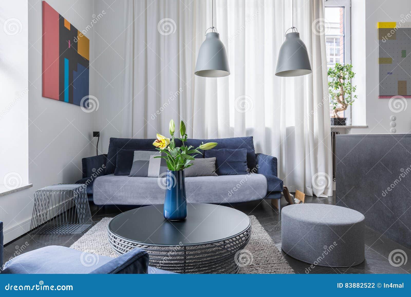 Wohnzimmer Mit Dunklen Möbeln Stockfoto - Bild von ...