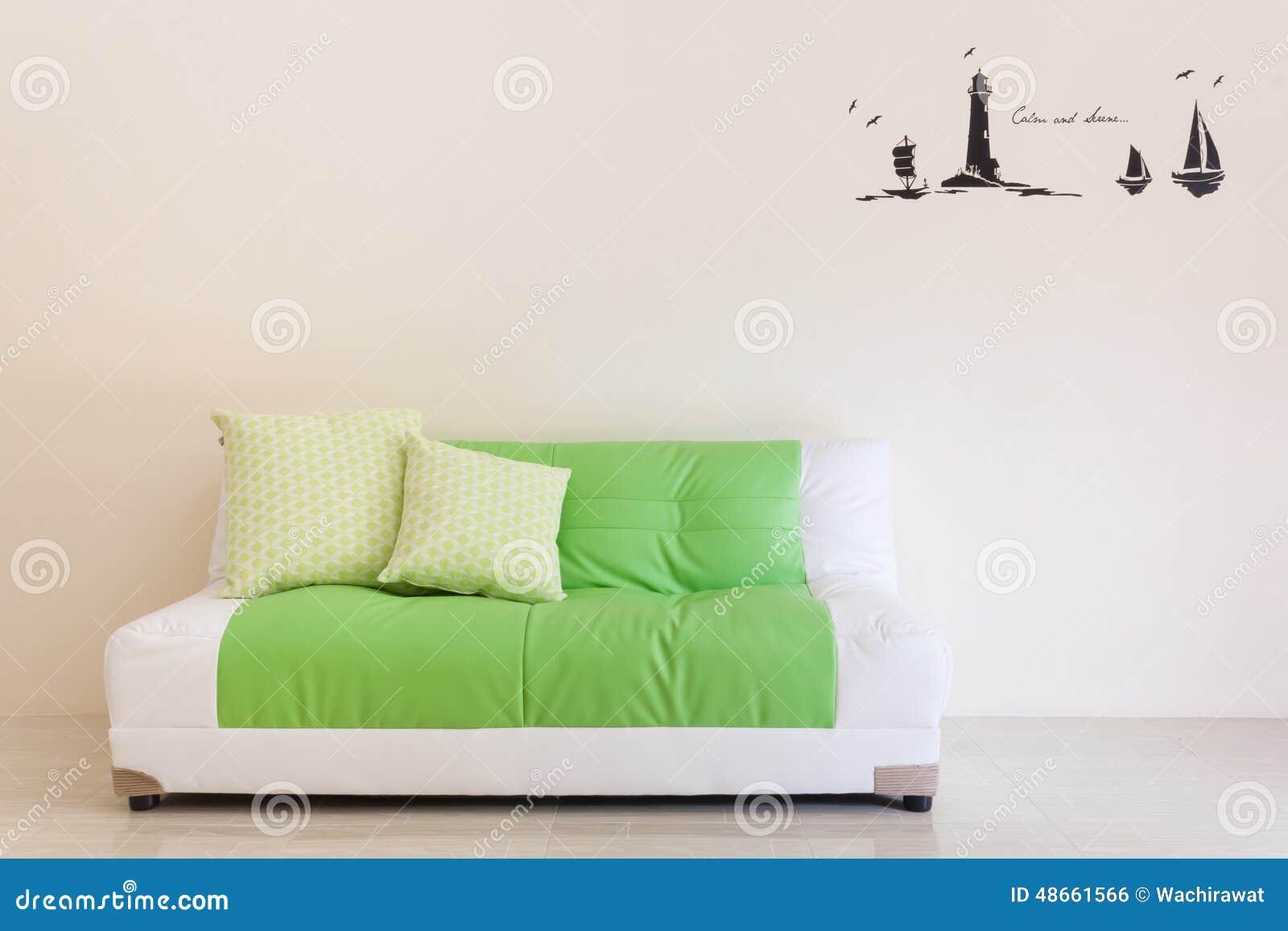Wohnzimmer Mit Grun Weissem Sofa Nach Innen Stockfoto Bild Von Wand
