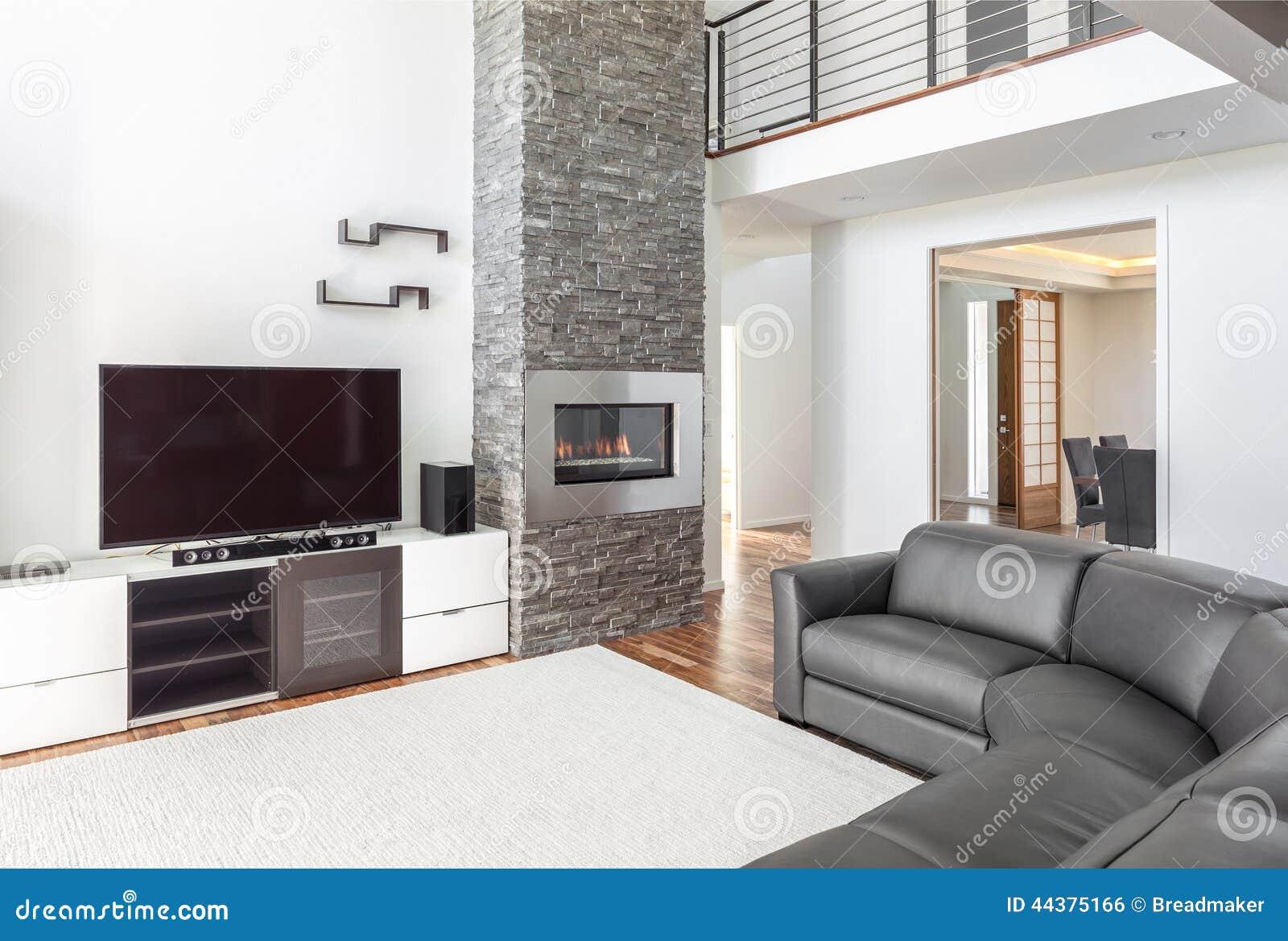 Wohnzimmer mit Kamin stockfoto. Bild von luxuriös, leer ...