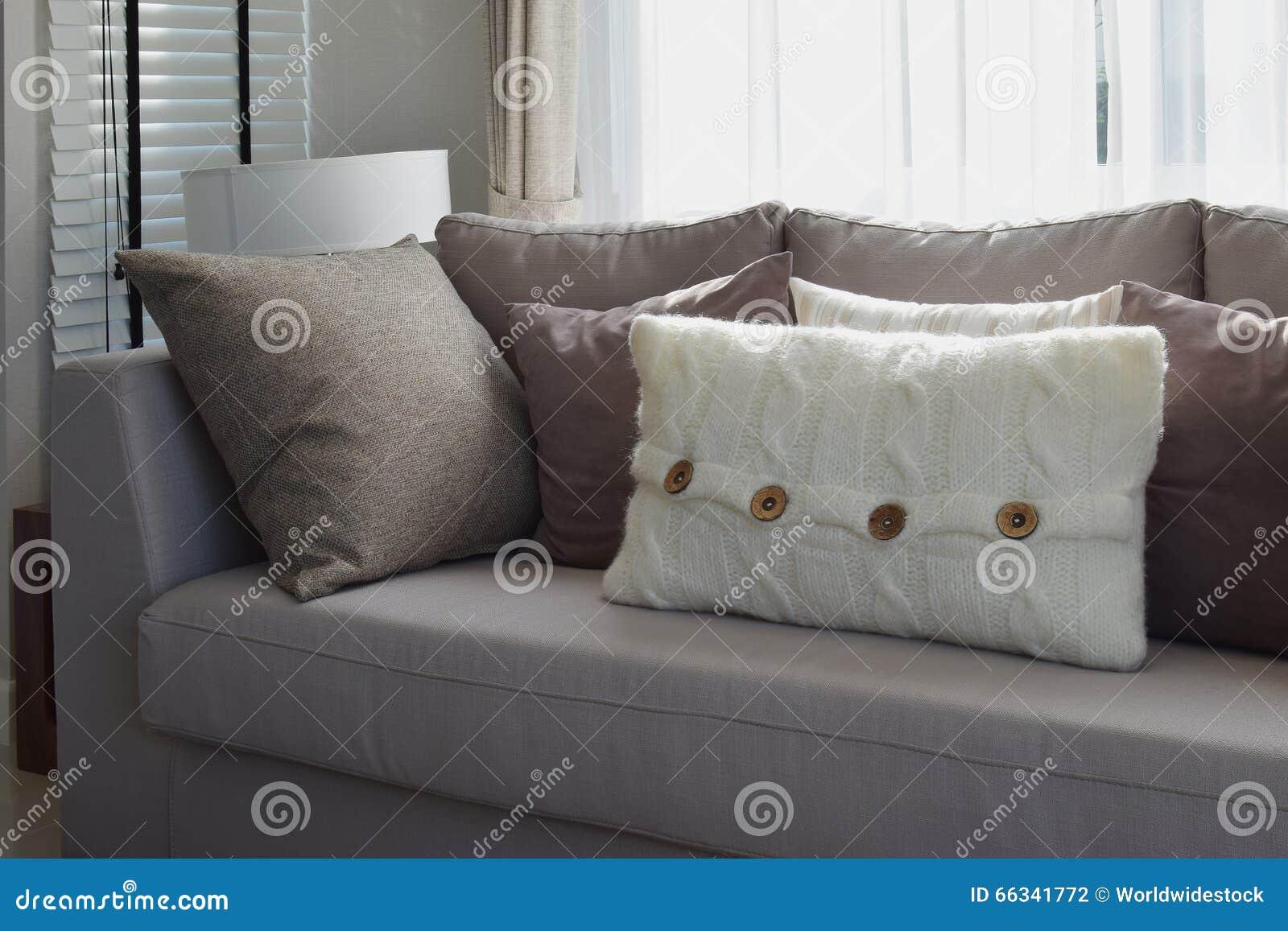 Wohnzimmer Mit Reihe Von Grauen Kissen Auf Sofa Stockfoto - Bild ...