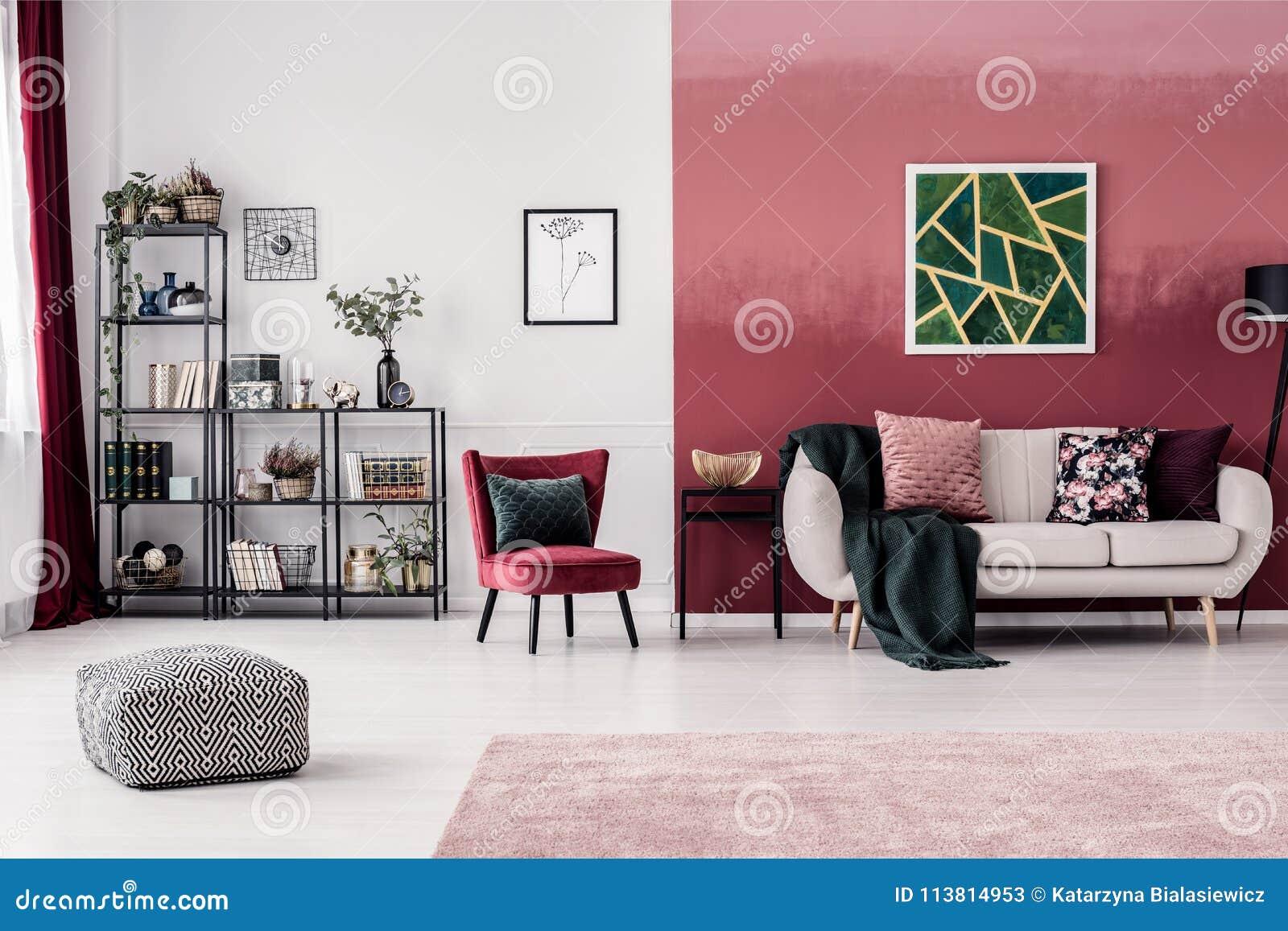 Wohnzimmer mit roter Wand stockbild. Bild von kastanienbraun ...