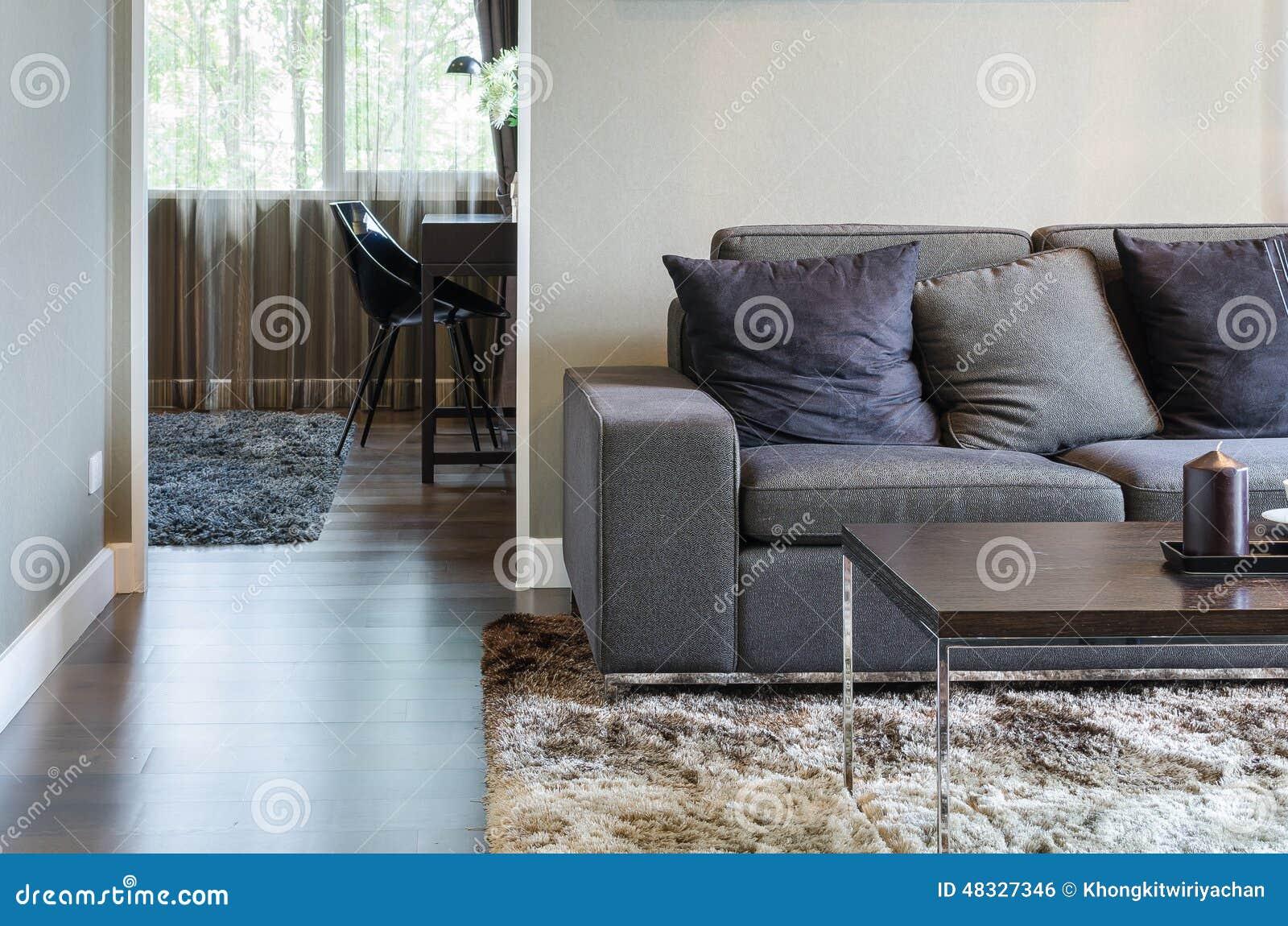 Wohnzimmer Mit Schwarzem Sofa Und Holztisch
