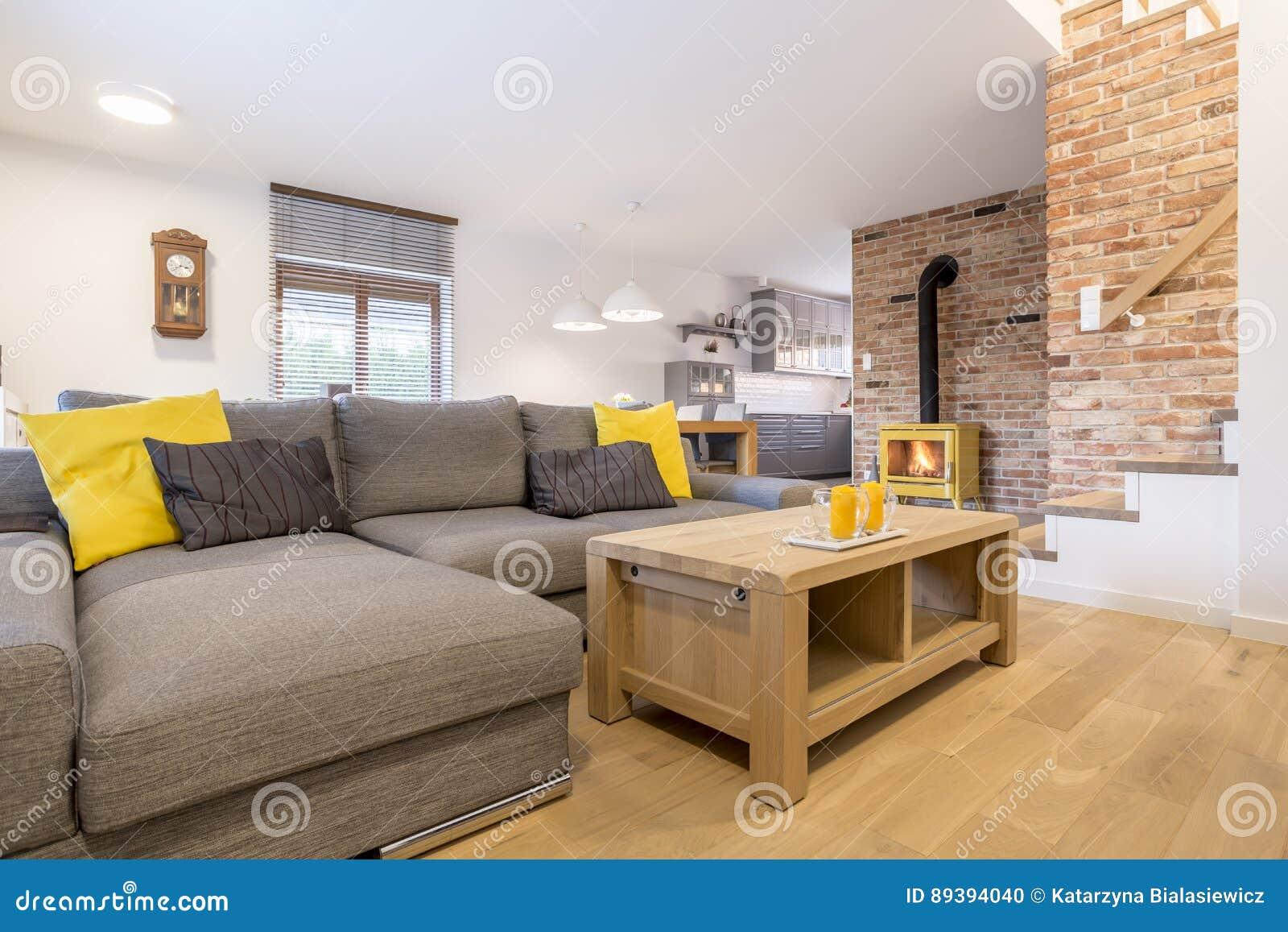 Wohnzimmer mit Treppe stockfoto. Bild von ziegelstein - 89394040