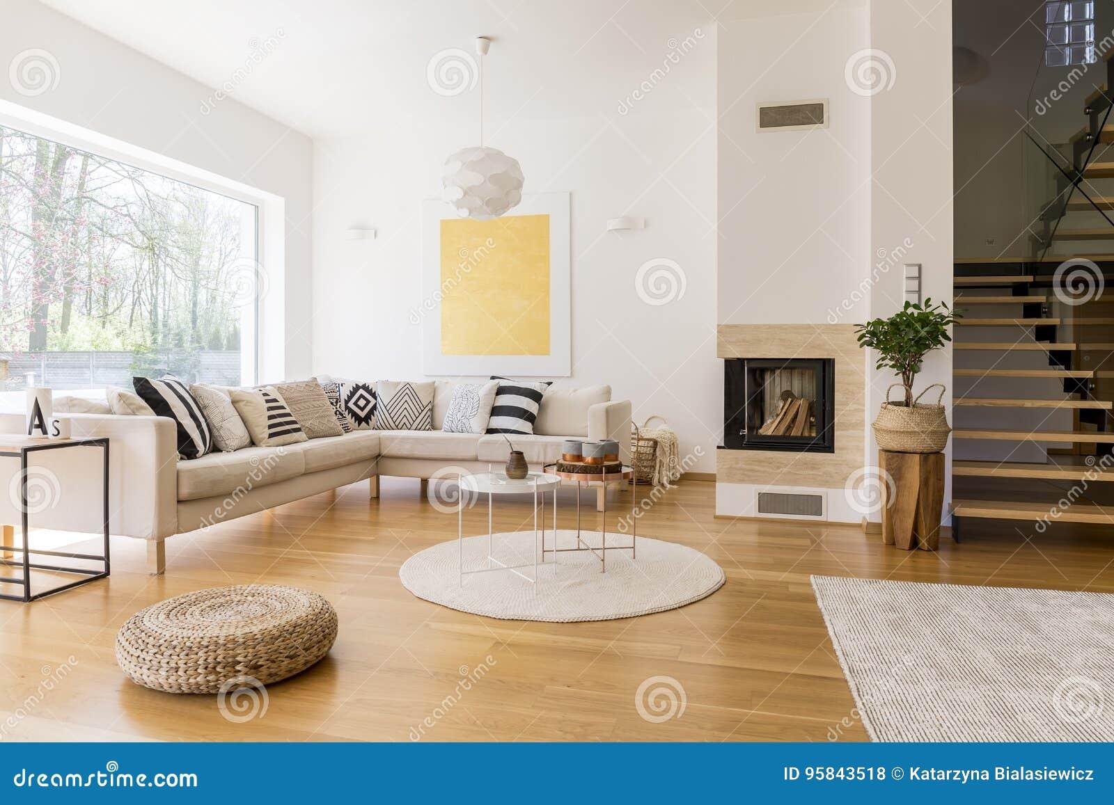 Wohnzimmer mit Treppe stockfoto. Bild von zubehör, langsam ...