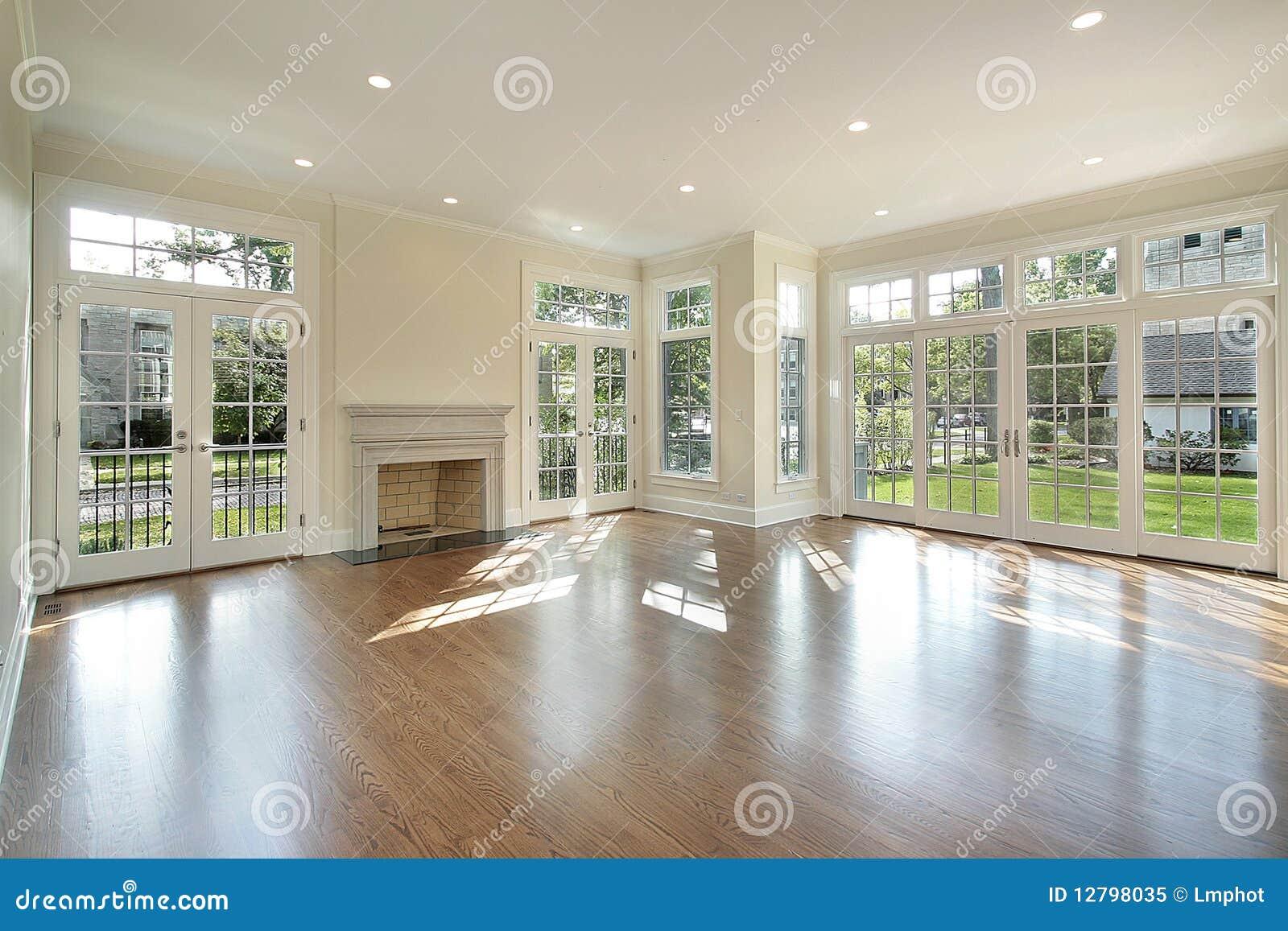 Wohnzimmer mit Wand der Fenster