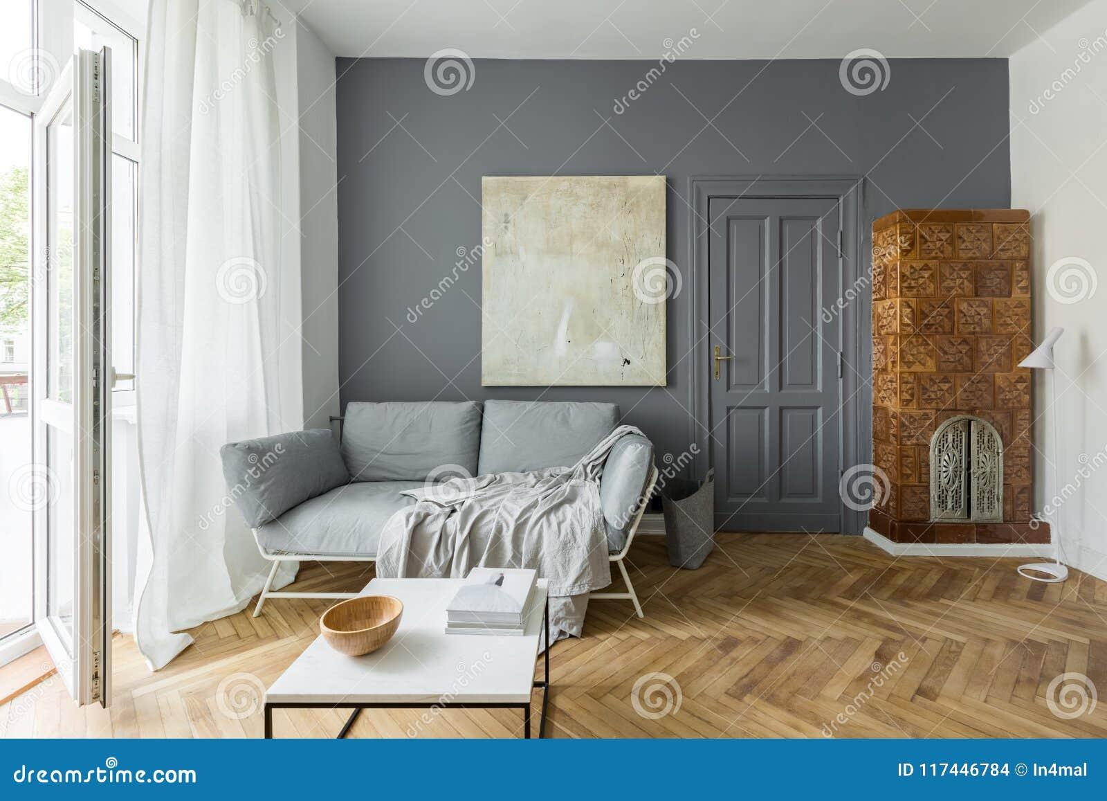 Wohnzimmer mit mit Ziegeln gedecktem Ofen