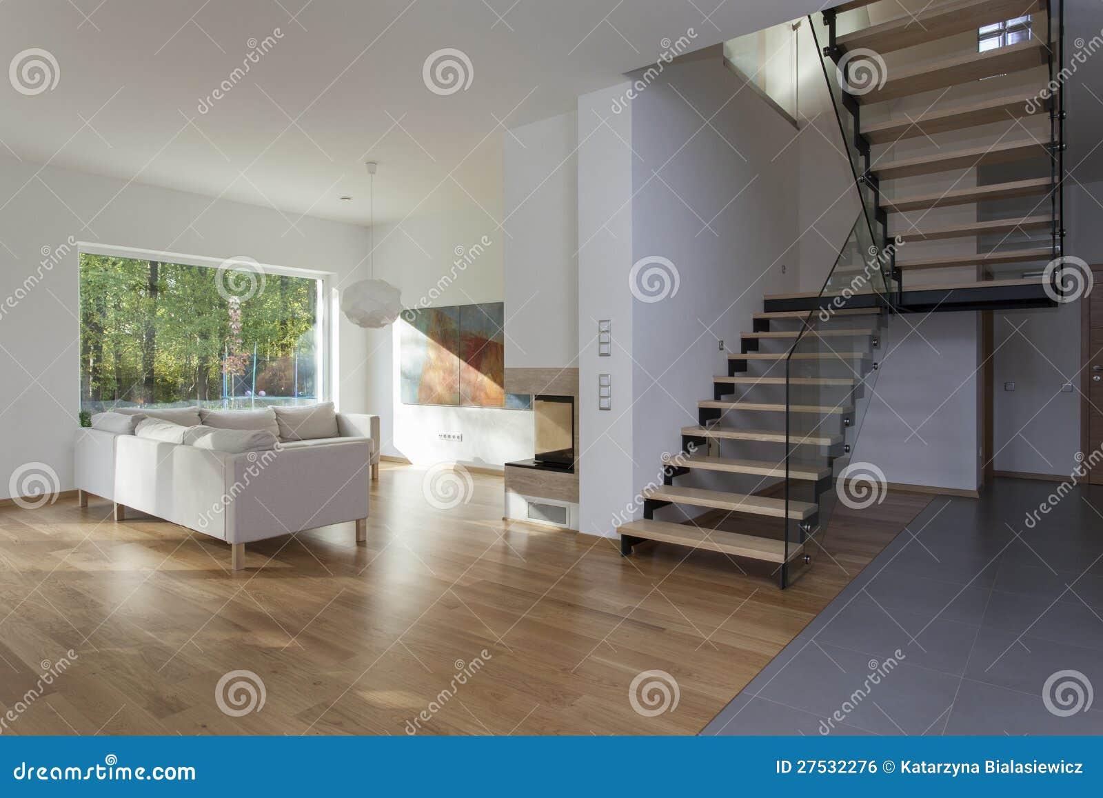 treppe im wohnzimmer in der zeitgenössischen villa stockfoto
