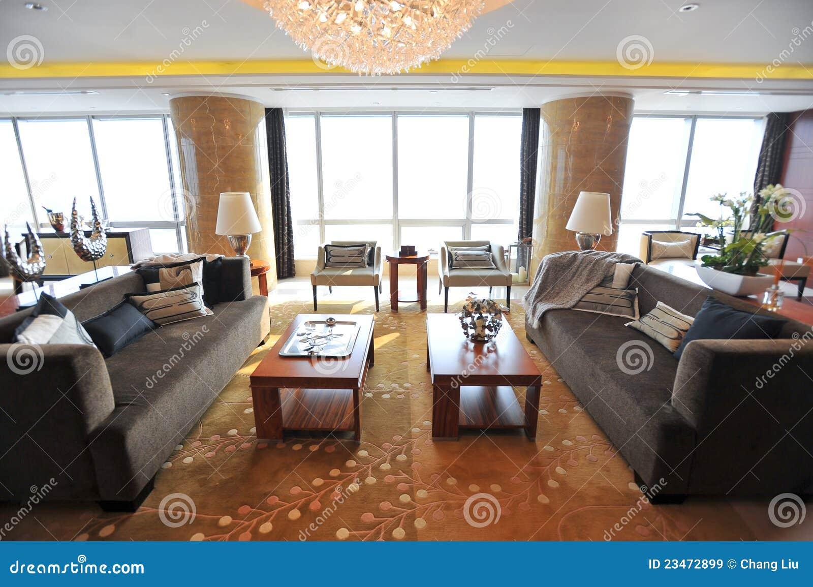 Wohnzimmer Umgeben Durch Große Fenster Stockbild - Bild von ...