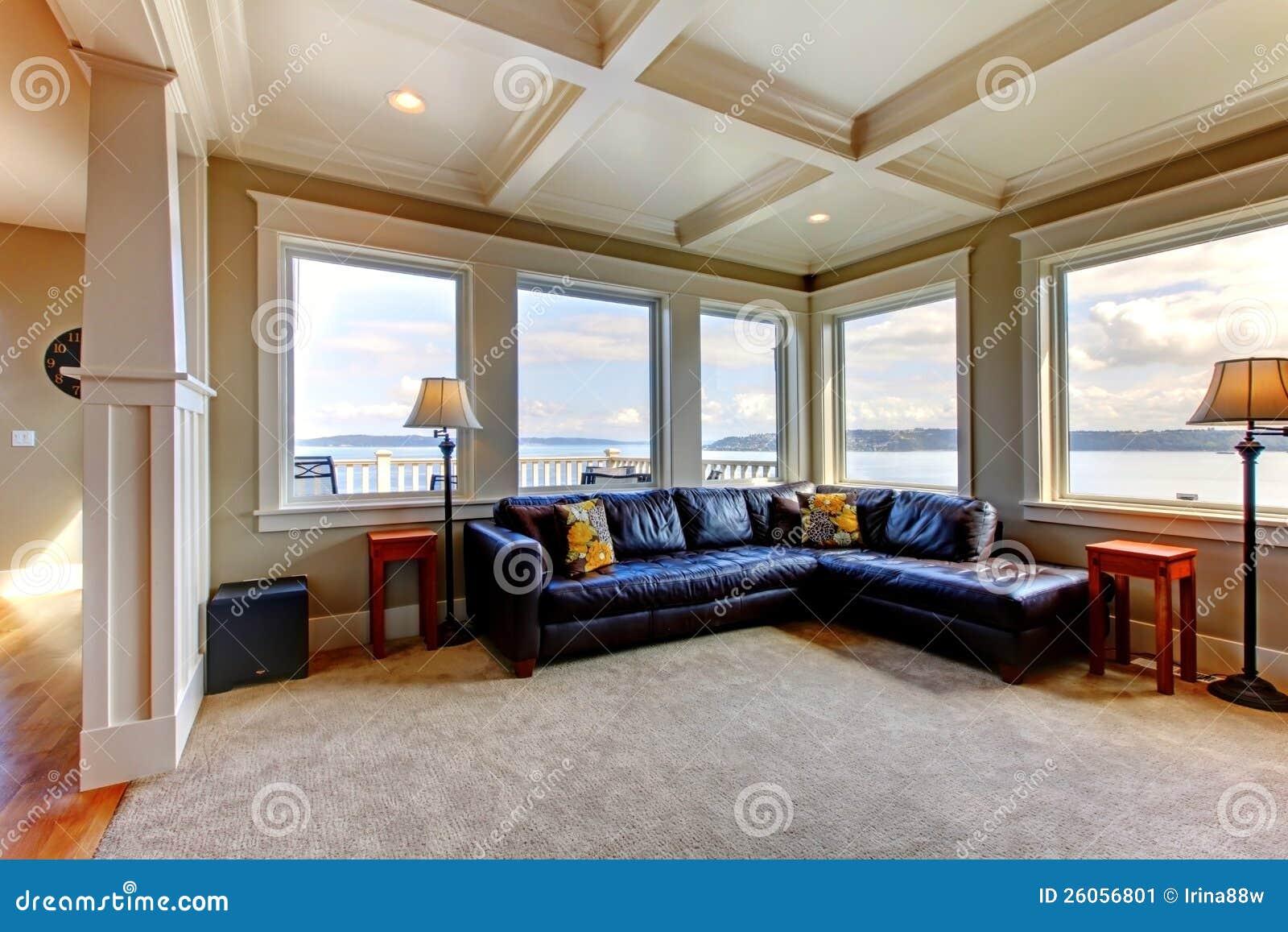 Wohnzimmer Wih Viele Großen Fenster Und Blaues Sofa Stockbild