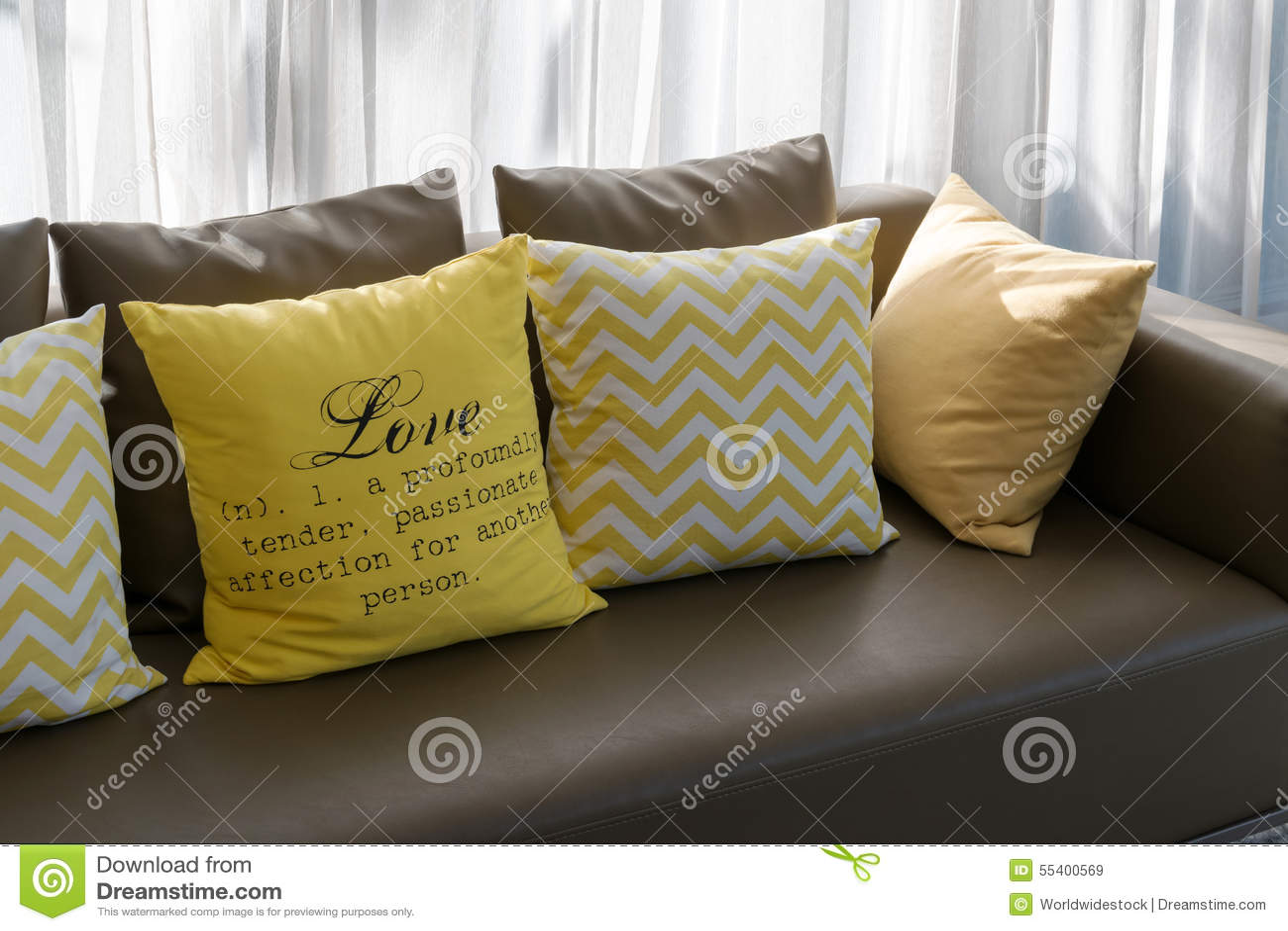 Wohnzimmerdesign Mit Braunem Sofa Und Gelben Kissen Stockbild Bild