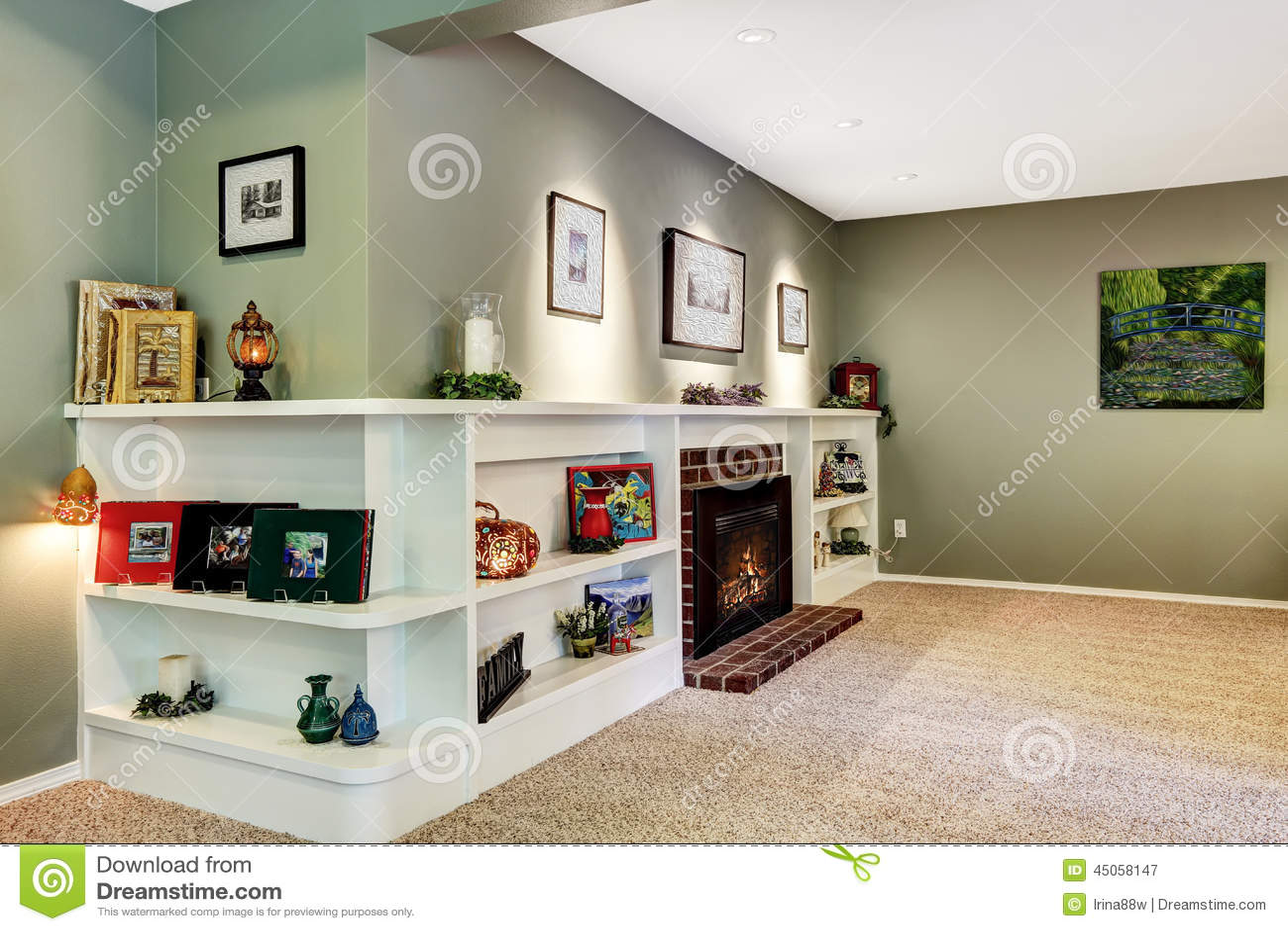 Wohnzimmerecke Mit Kamin Und Verzierten Regalen Stockbild Bild Von Haus Wand 45058147