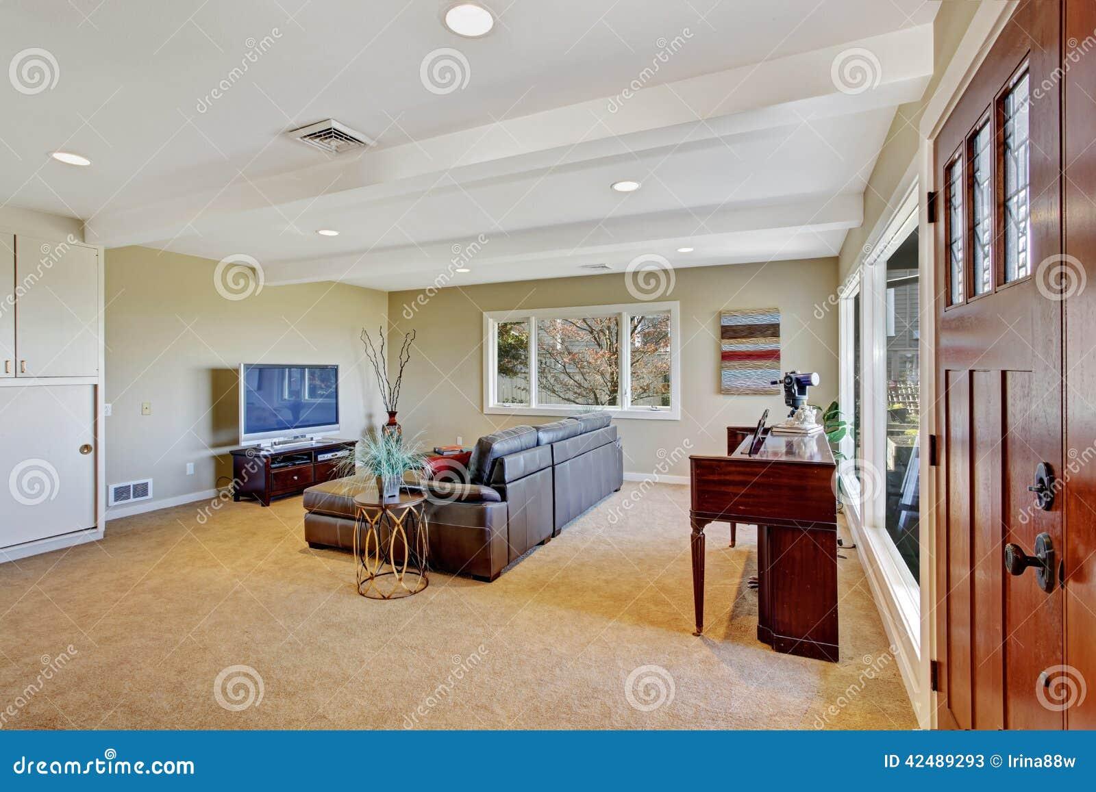Exceptionnel Wohnzimmer Mit Großer Ledercouch, Fernsehen Und Klavier