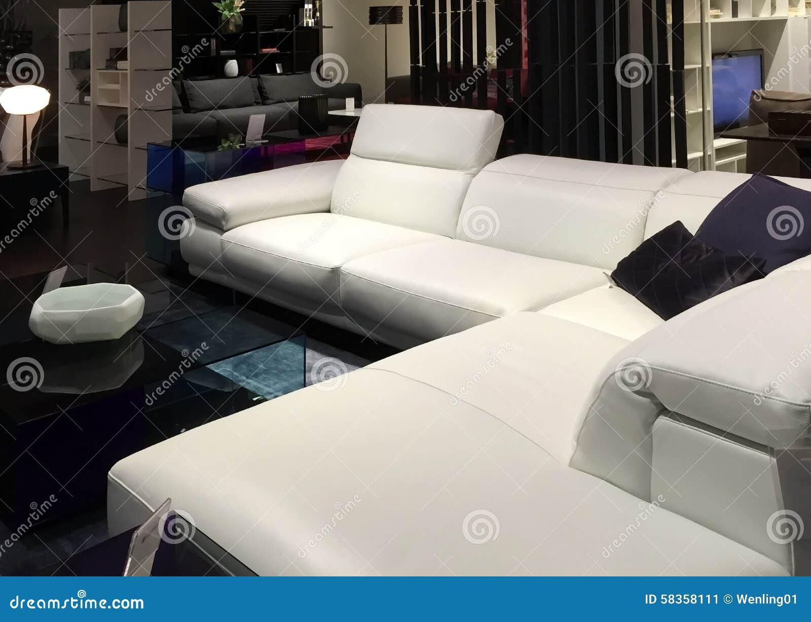 Wohnzimmermöbel, Die Am Speicher Verkaufen Stockbild - Bild von