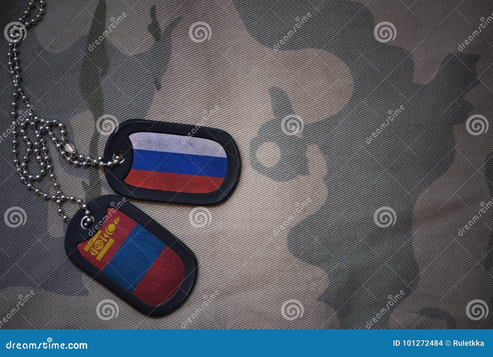 Wojska puste miejsce, psia etykietka z flaga Russia i Mongolia na khakim tekstury tle,