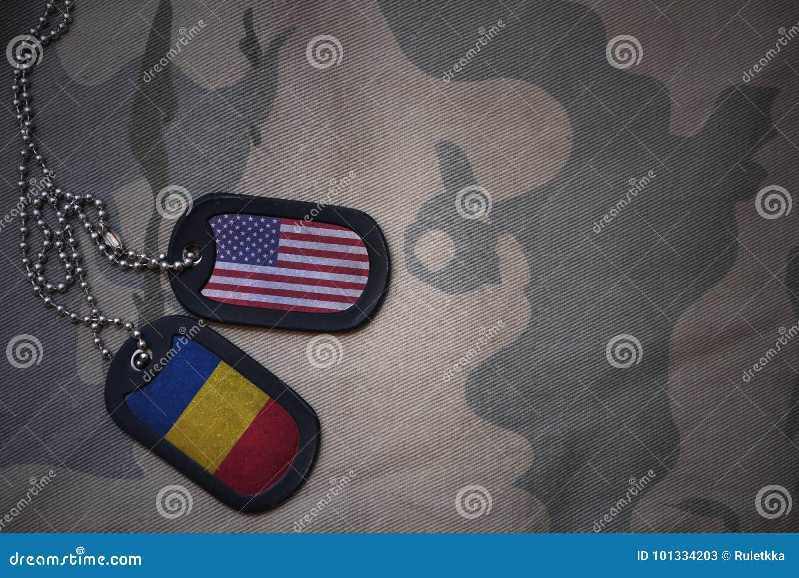 Wojska puste miejsce, psia etykietka z flaga zlani stany America i Romania na khakim tekstury tle,