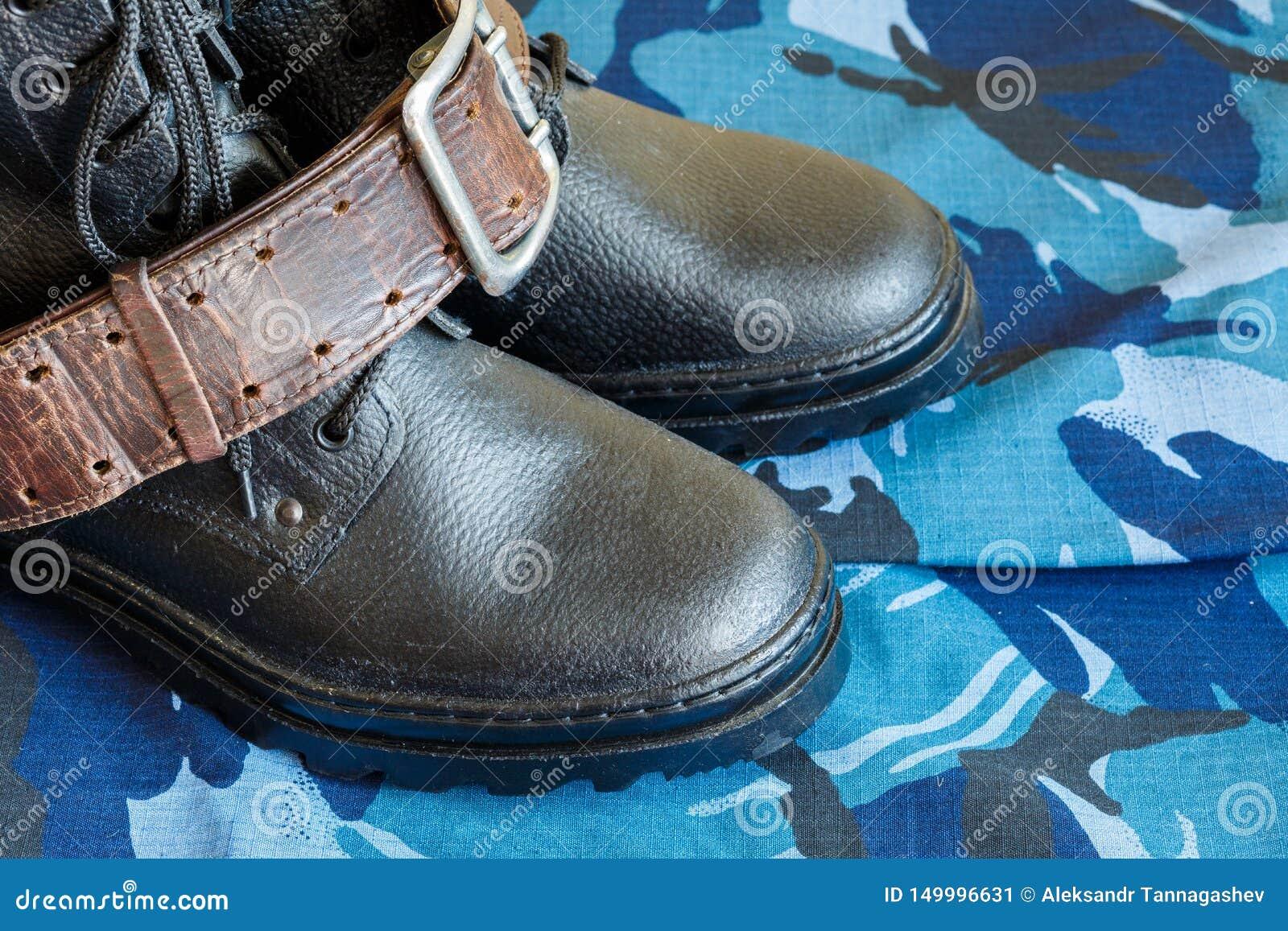Wojsko buty i wojsko pasek na błękitnej kamuflaż tkaninie Kombinezony dla żołnierza