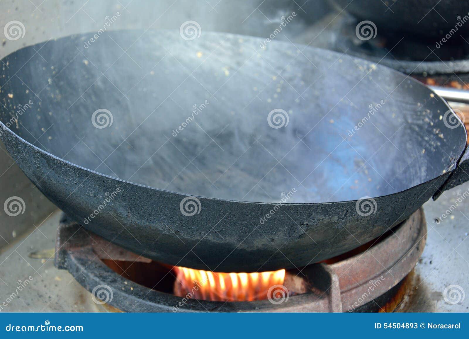 Wok chaud sur un fourneau