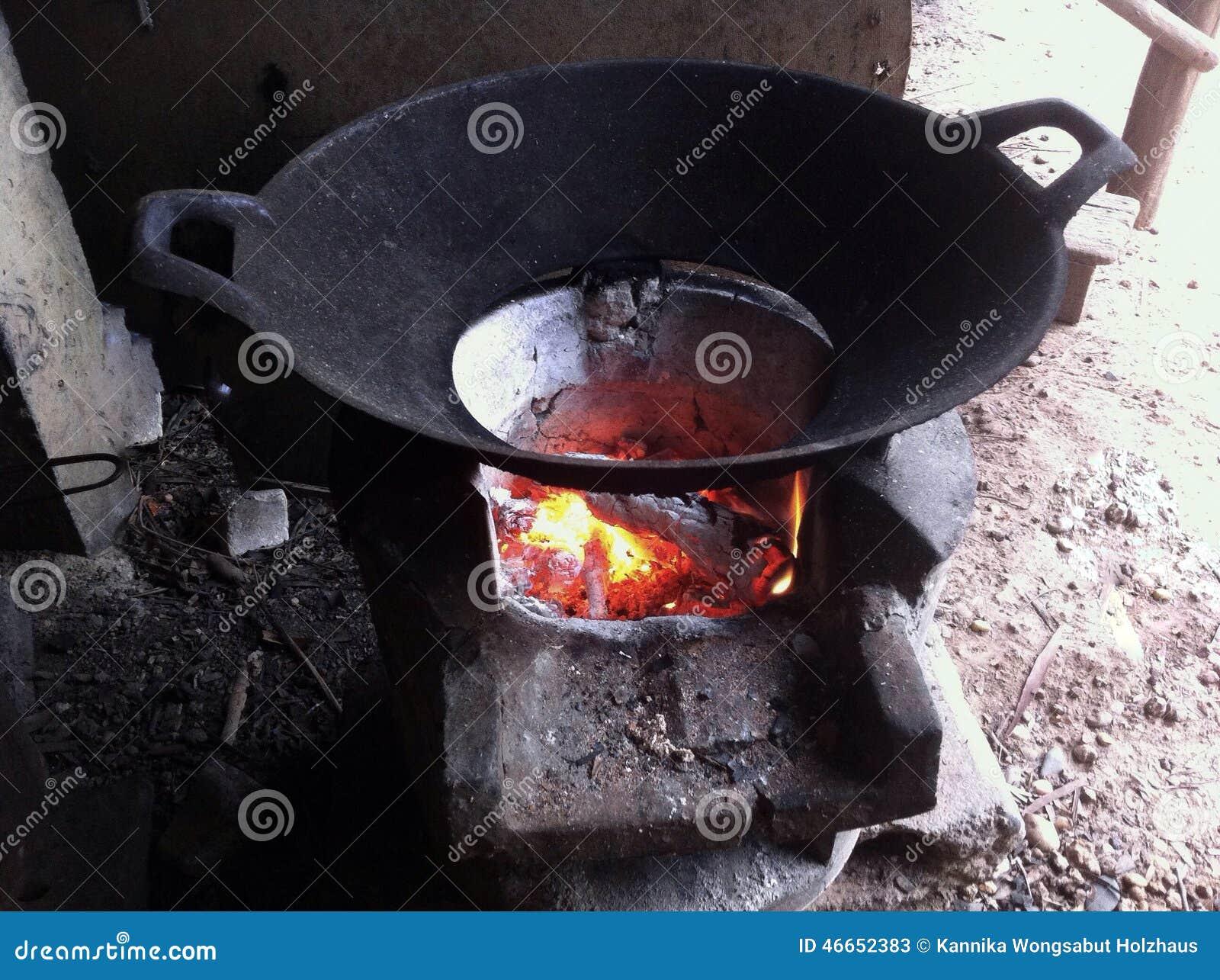 wok de fonte sur le feu de charbon de bois image stock. Black Bedroom Furniture Sets. Home Design Ideas