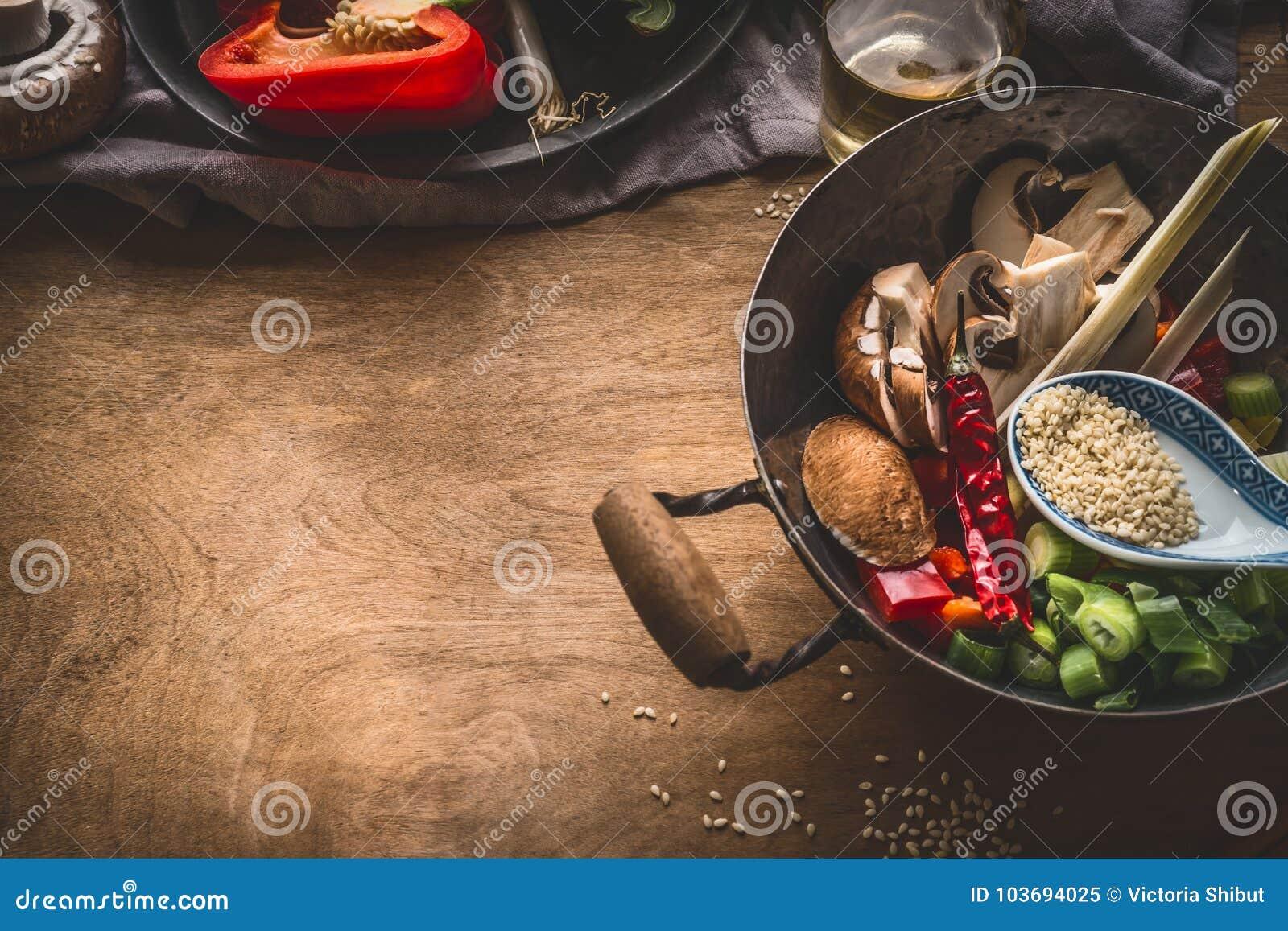 Wok garnek z jarskimi azjatykcimi kuchnia składnikami dla fertanie dłoniaka z siekającymi warzywami, pikantność, sezamowymi ziarn