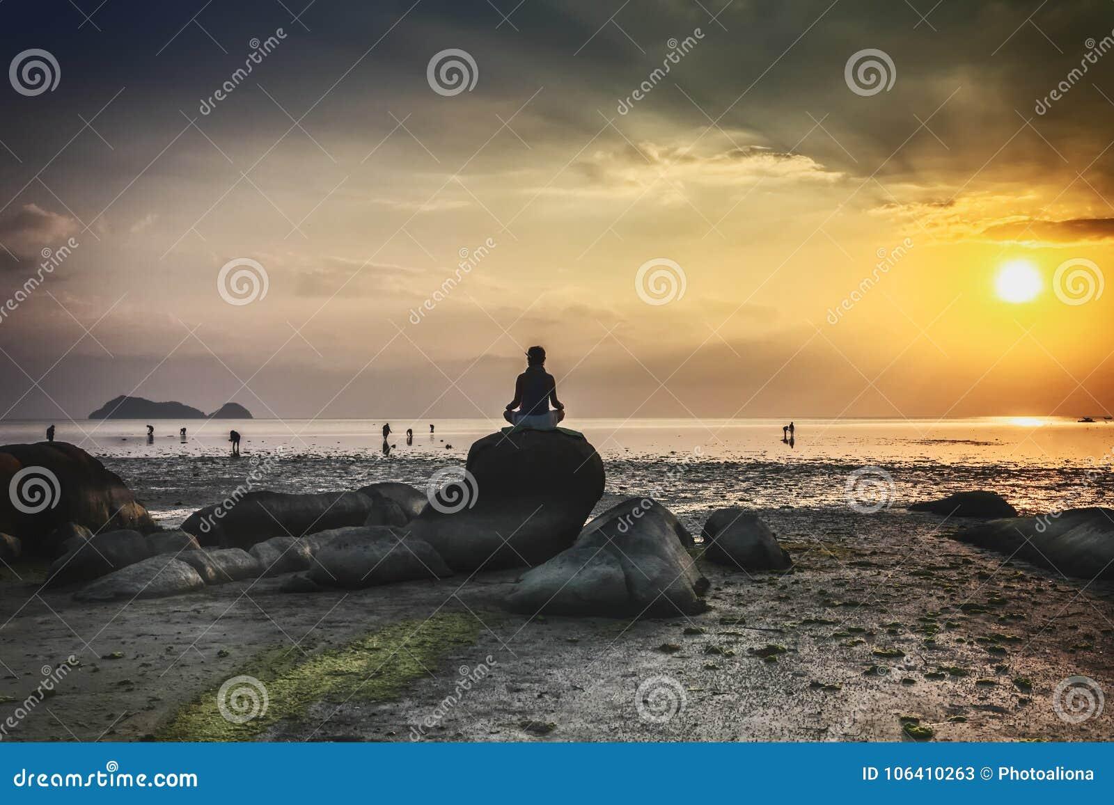 Wok Tum, Hin Kong, Plai Lem plaży bagna z namorzynowym lasem przy Koh Pha ngan wyspy dennego brzeg nabrzeżne terenem przy niskim