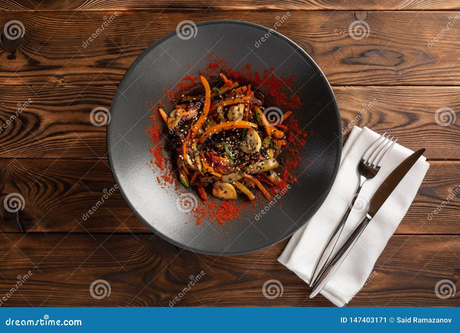 Wok warzywa z pikantno?? w czarnym talerzu