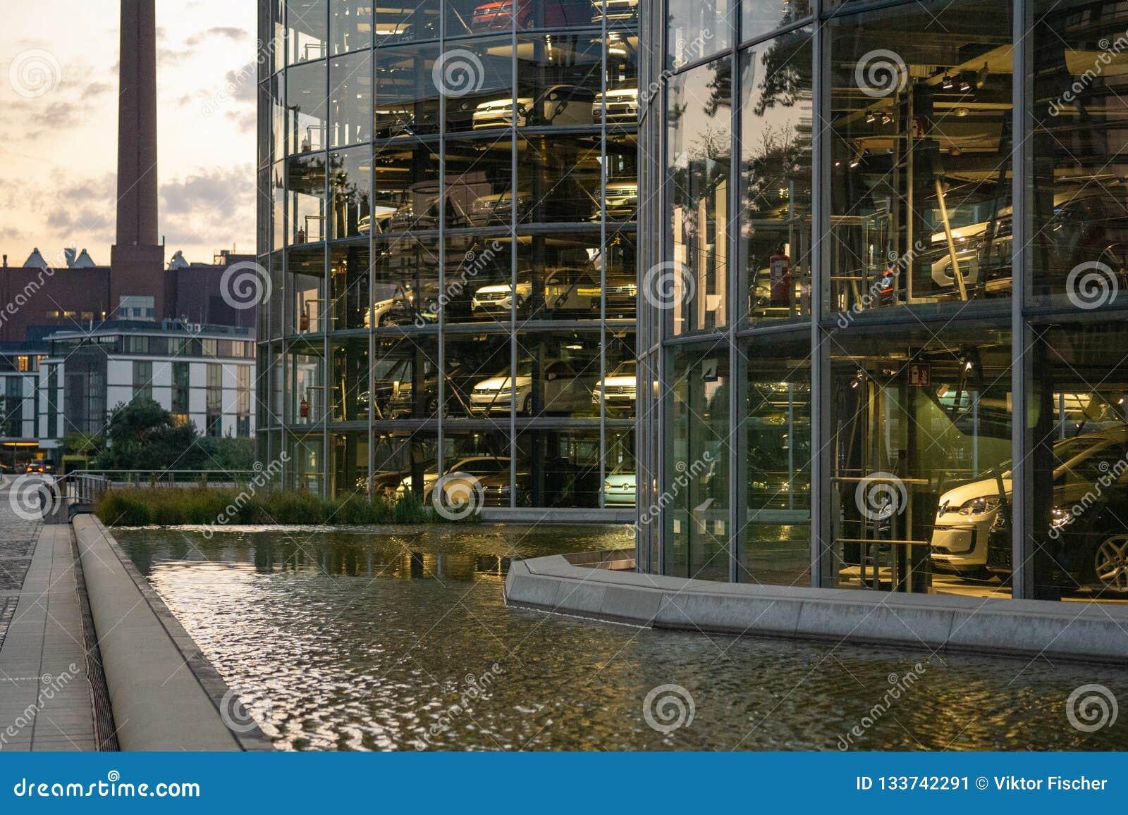 Wolfsburg, Niski Saxony, Góruje z nowymi samochodami gotowymi dla dostawy w Autostadt wolkswagen
