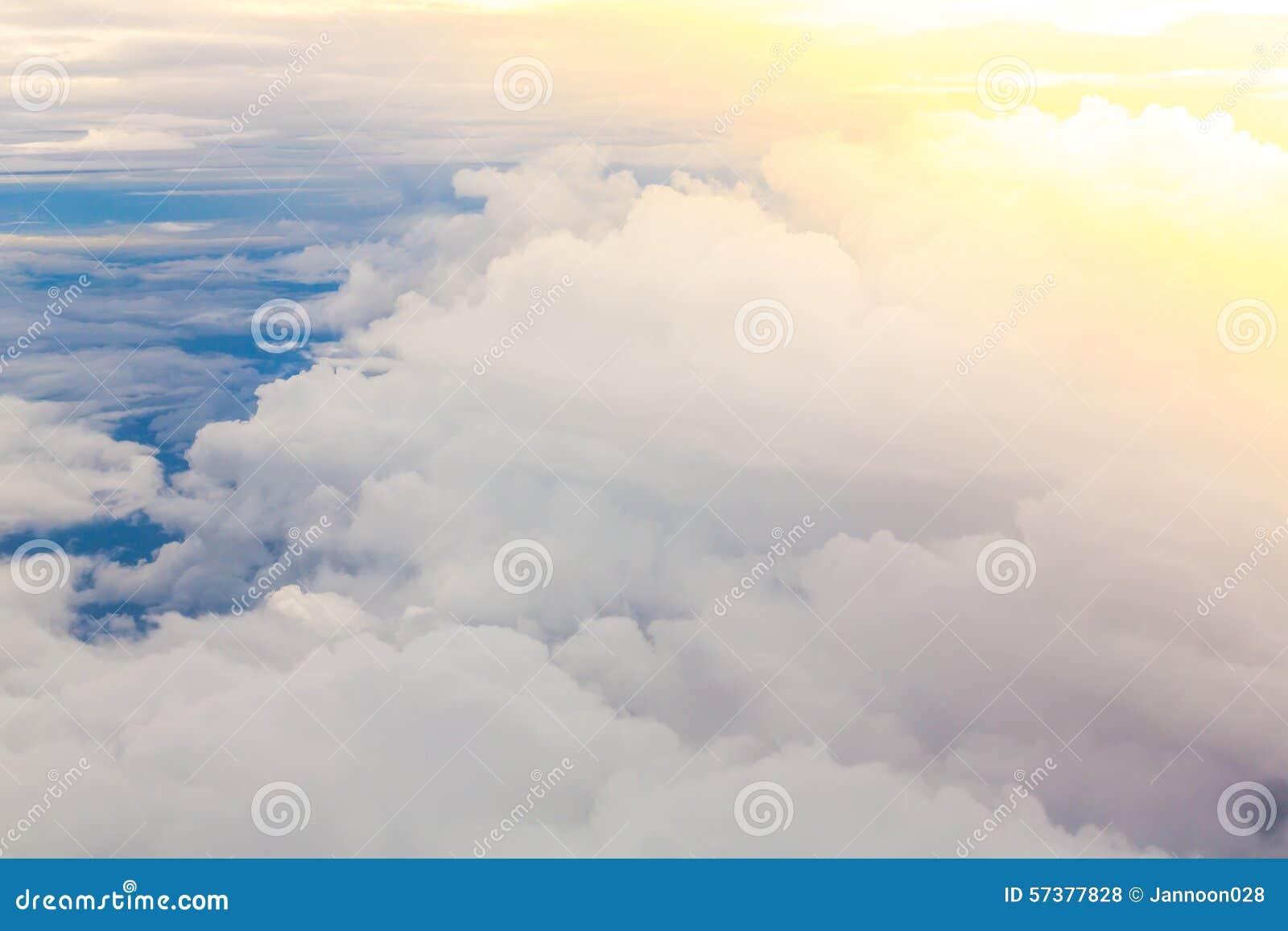 Wolk in blauwe hemel