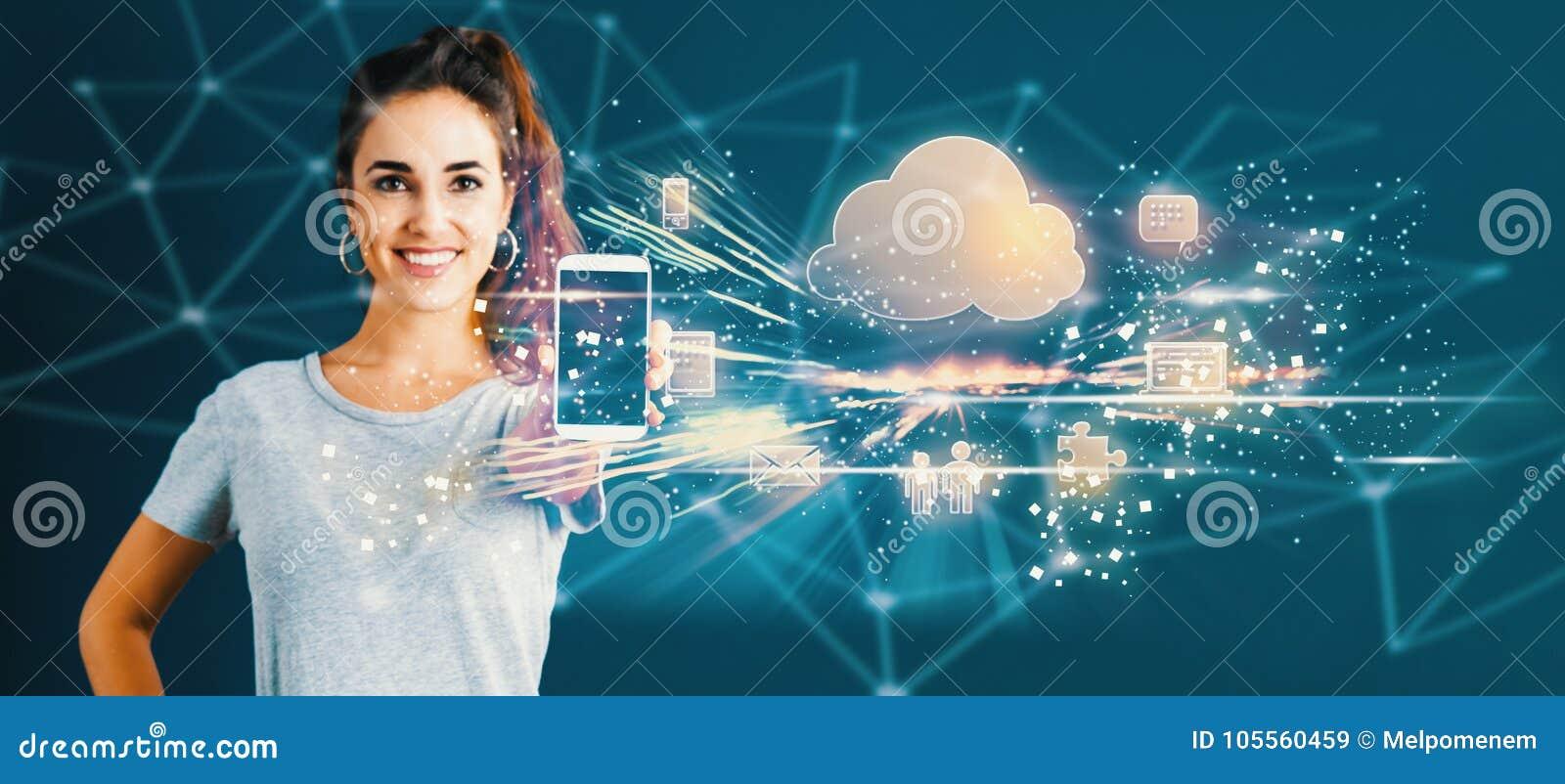 Wolk die met jonge vrouw gegevens verwerken die een smartphone standhouden