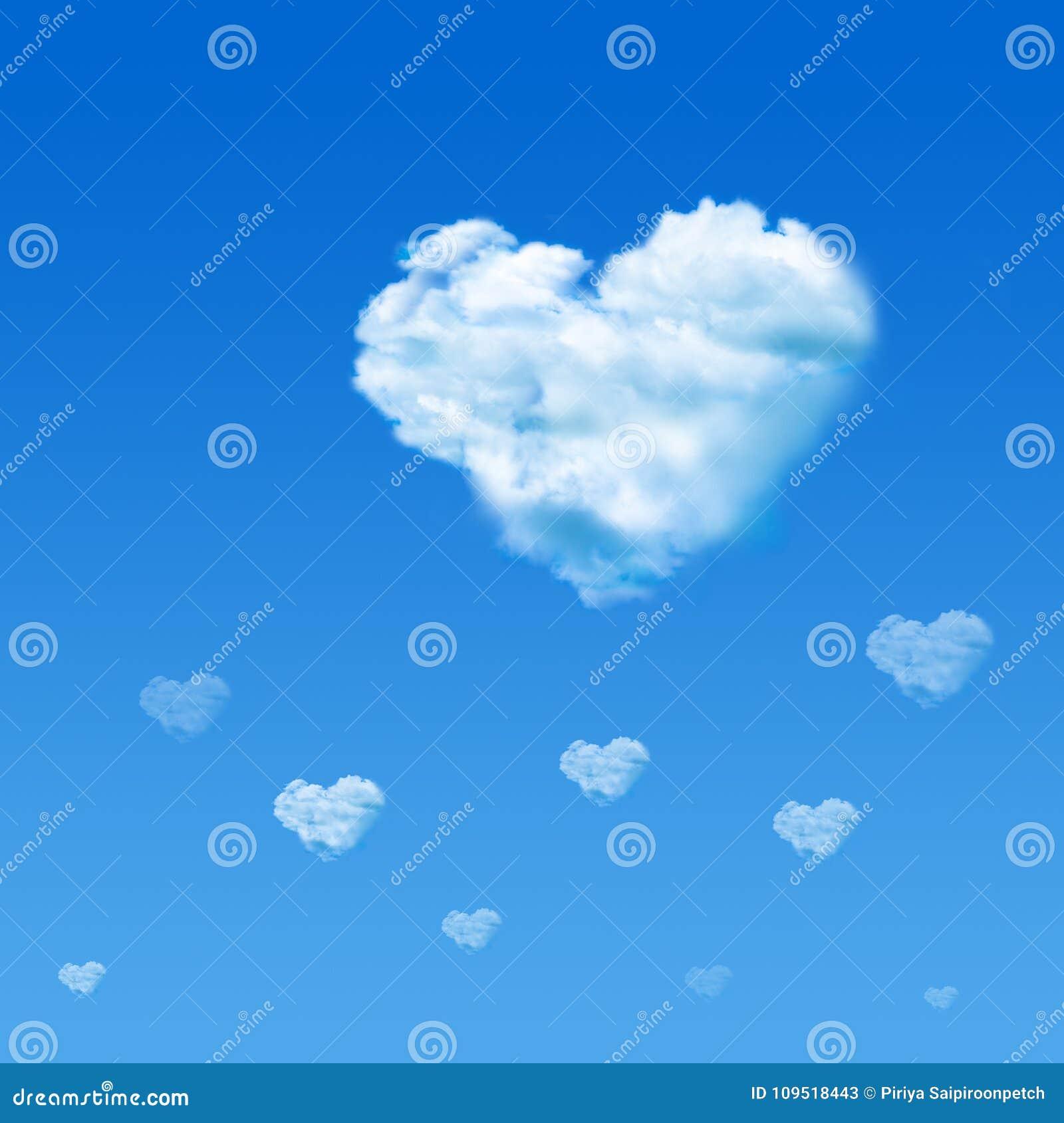 Wolk gevormd hart in blauwe hemel De dagconcept van de valentijnskaart ` s