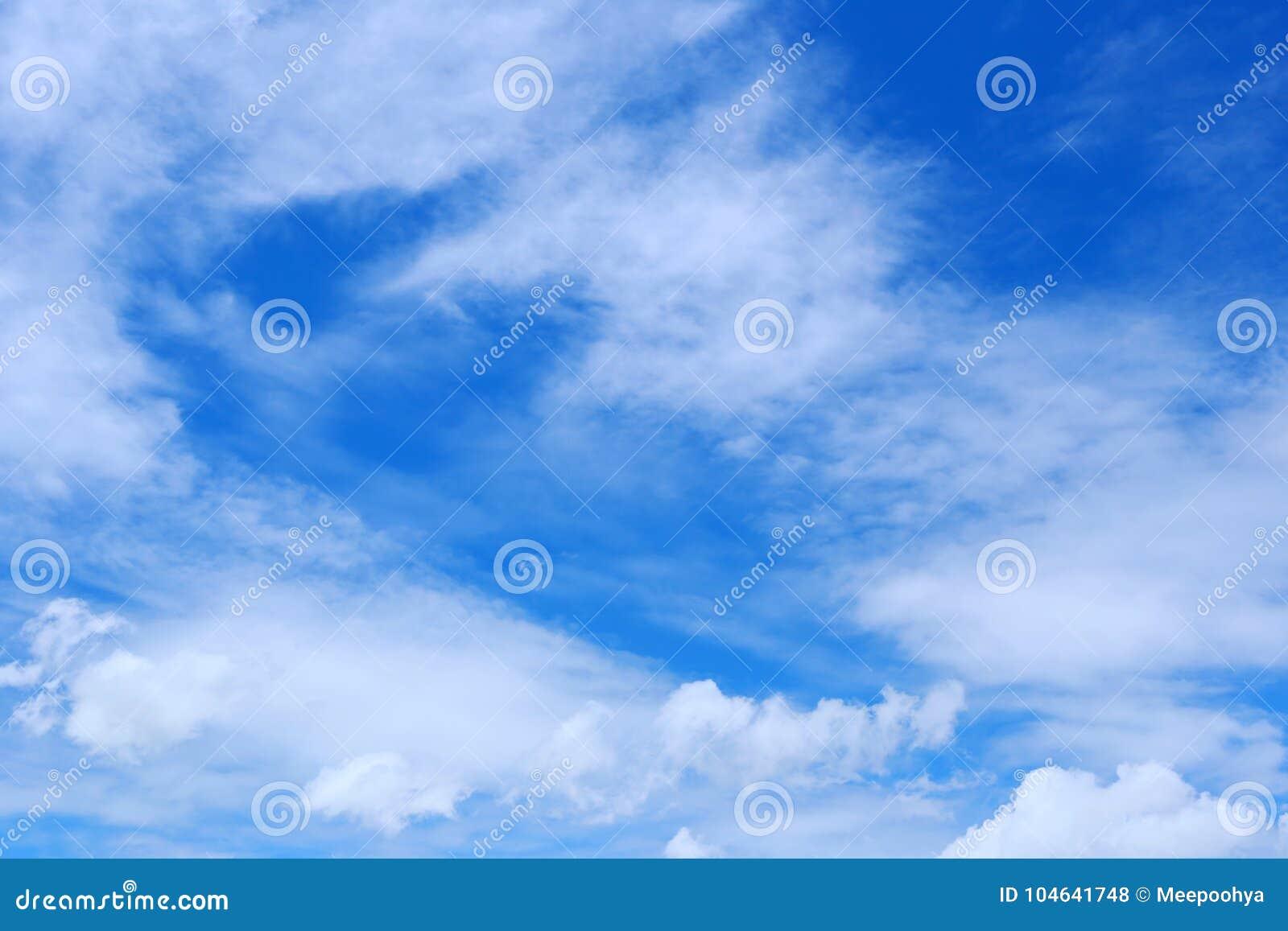 Download Wolk Op Blauwe Hemel In De Dag Stock Foto - Afbeelding bestaande uit wolken, helder: 104641748