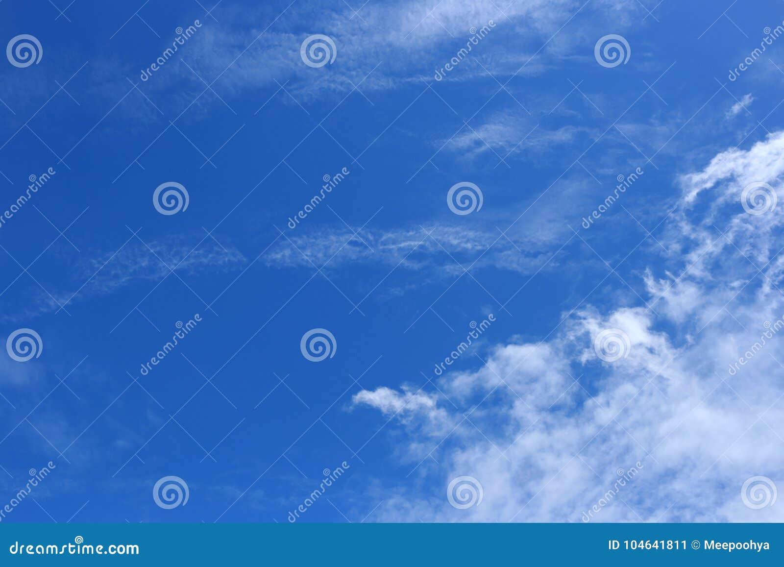 Download Wolk Op Blauwe Hemel In De Dag Stock Afbeelding - Afbeelding bestaande uit ozon, cumulus: 104641811
