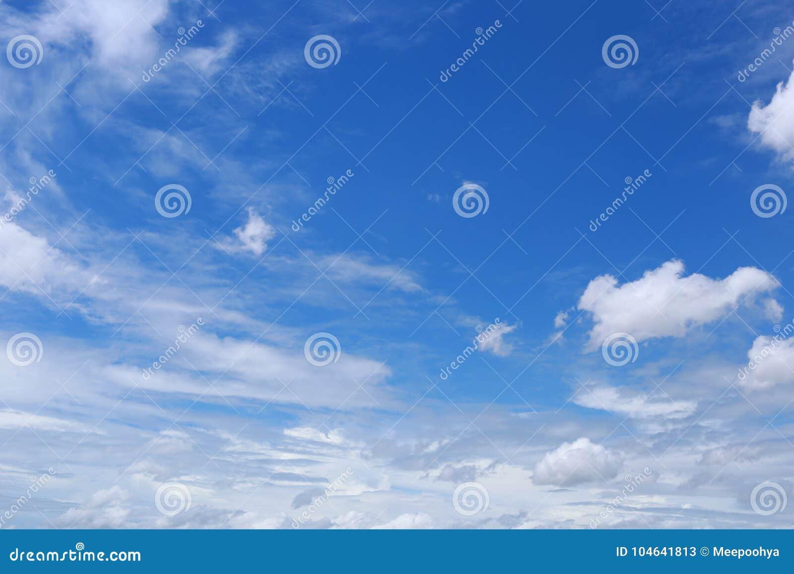 Download Wolk Op Blauwe Hemel In De Dag Stock Afbeelding - Afbeelding bestaande uit kleur, wolk: 104641813